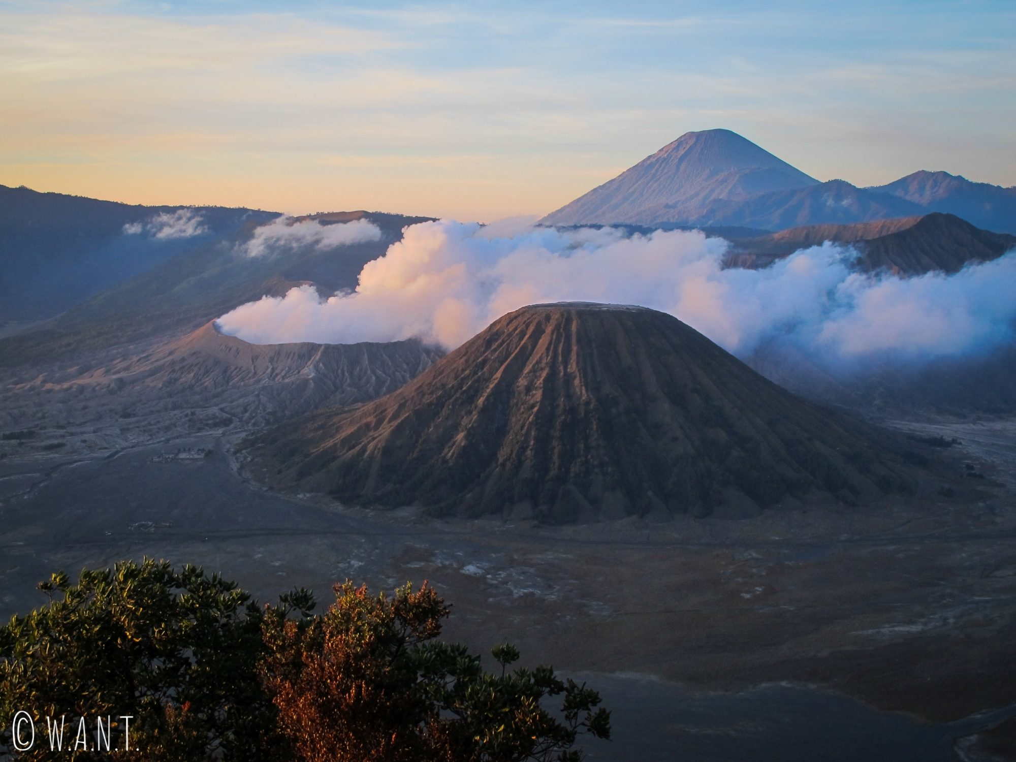 Lumières matinales sur les volcans Bromo, Batok et Semeru