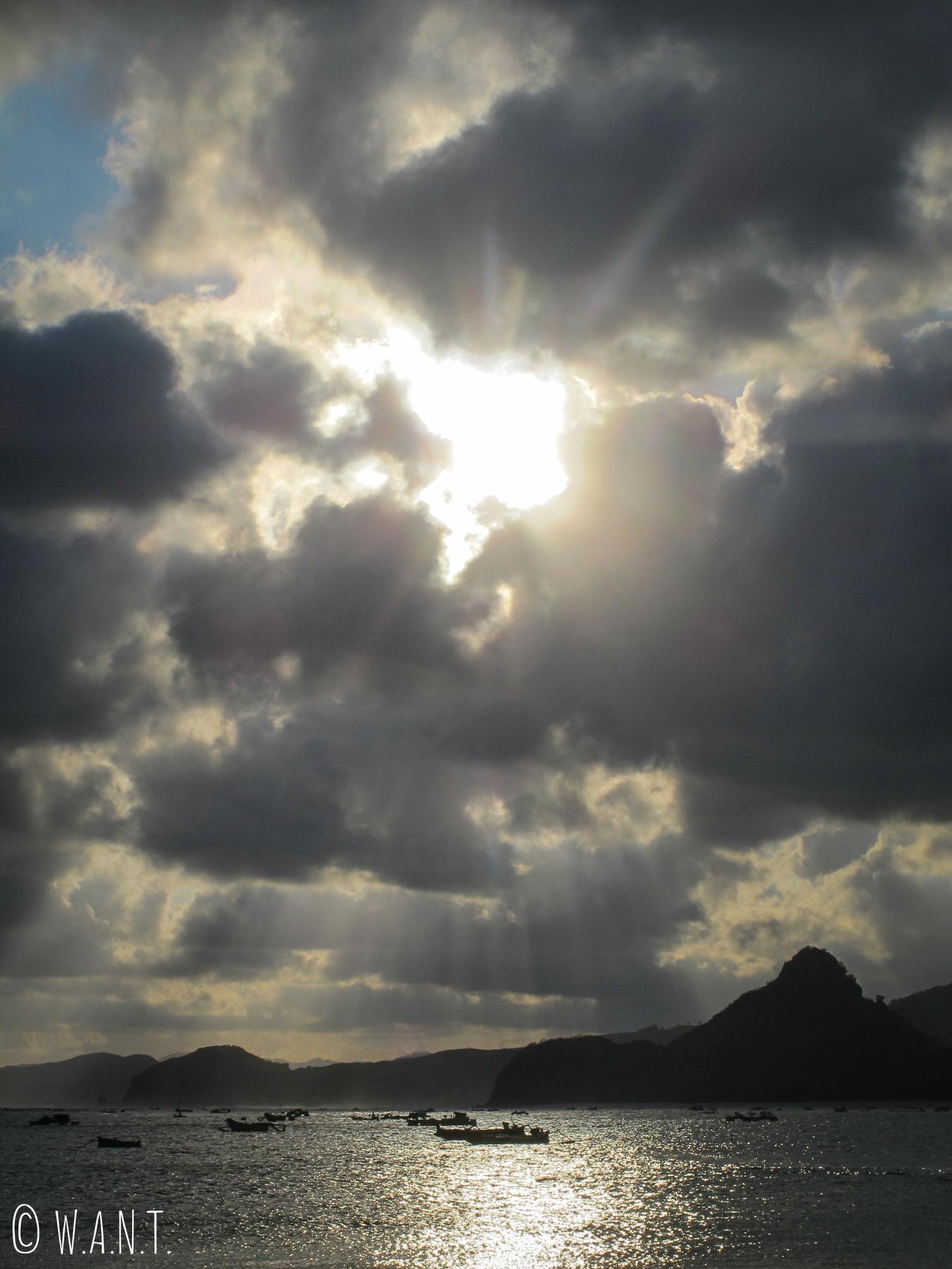 Magnifique coucher de soleil sur la plage de Selong Belanak à Lombok