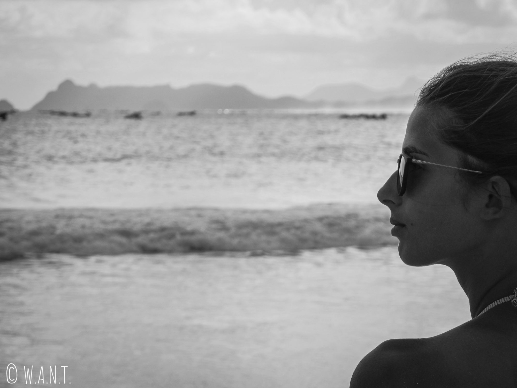 Marion admirant la mer de la plage de Selong Belanak à Lombok