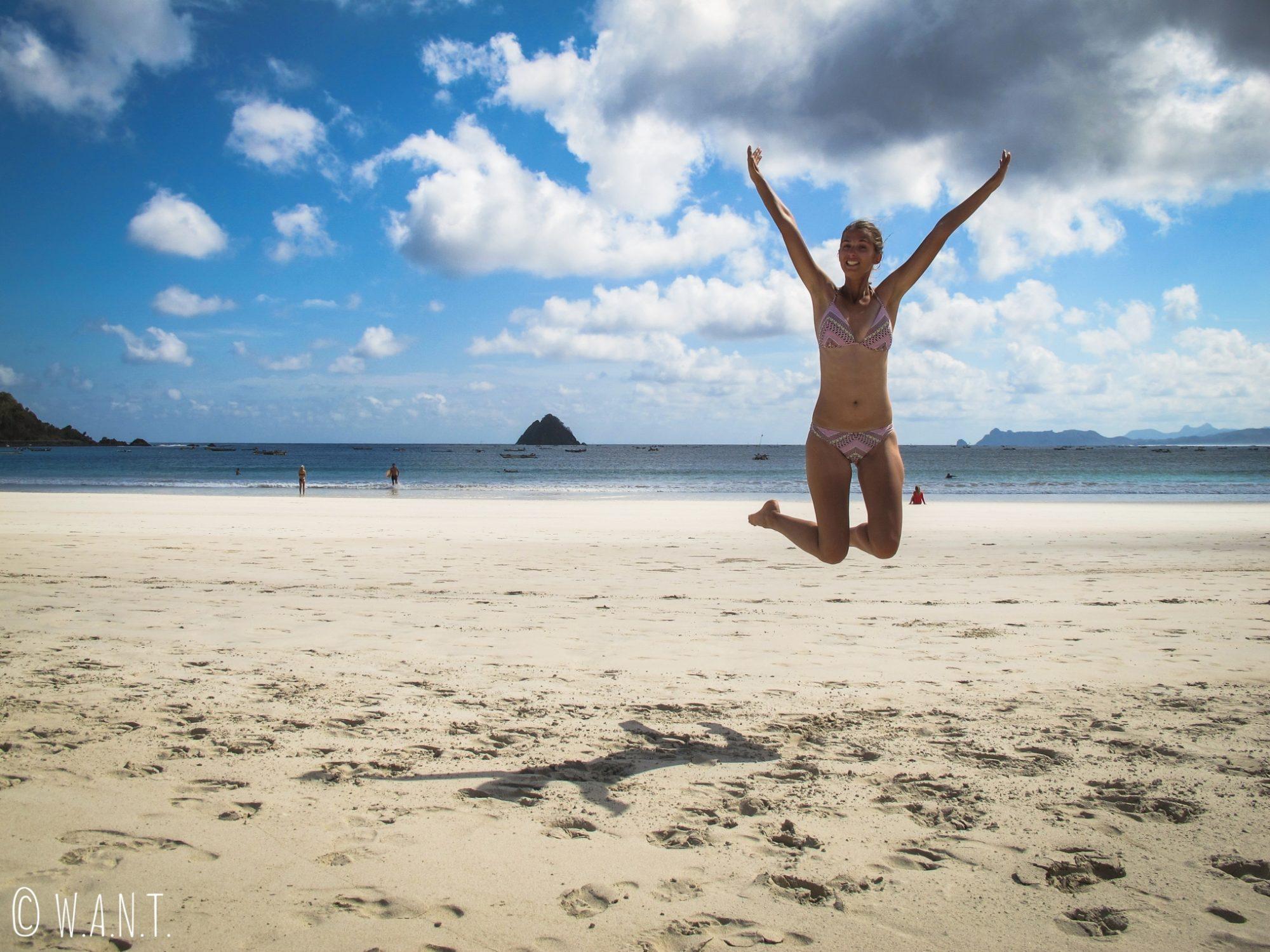 Marion saute de joie d'avoir découvert la plage paradisiaque de Selong Belanak