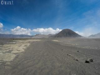 Nous avons traversé la caldeira à pied pour rejoindre le volcan Bromo