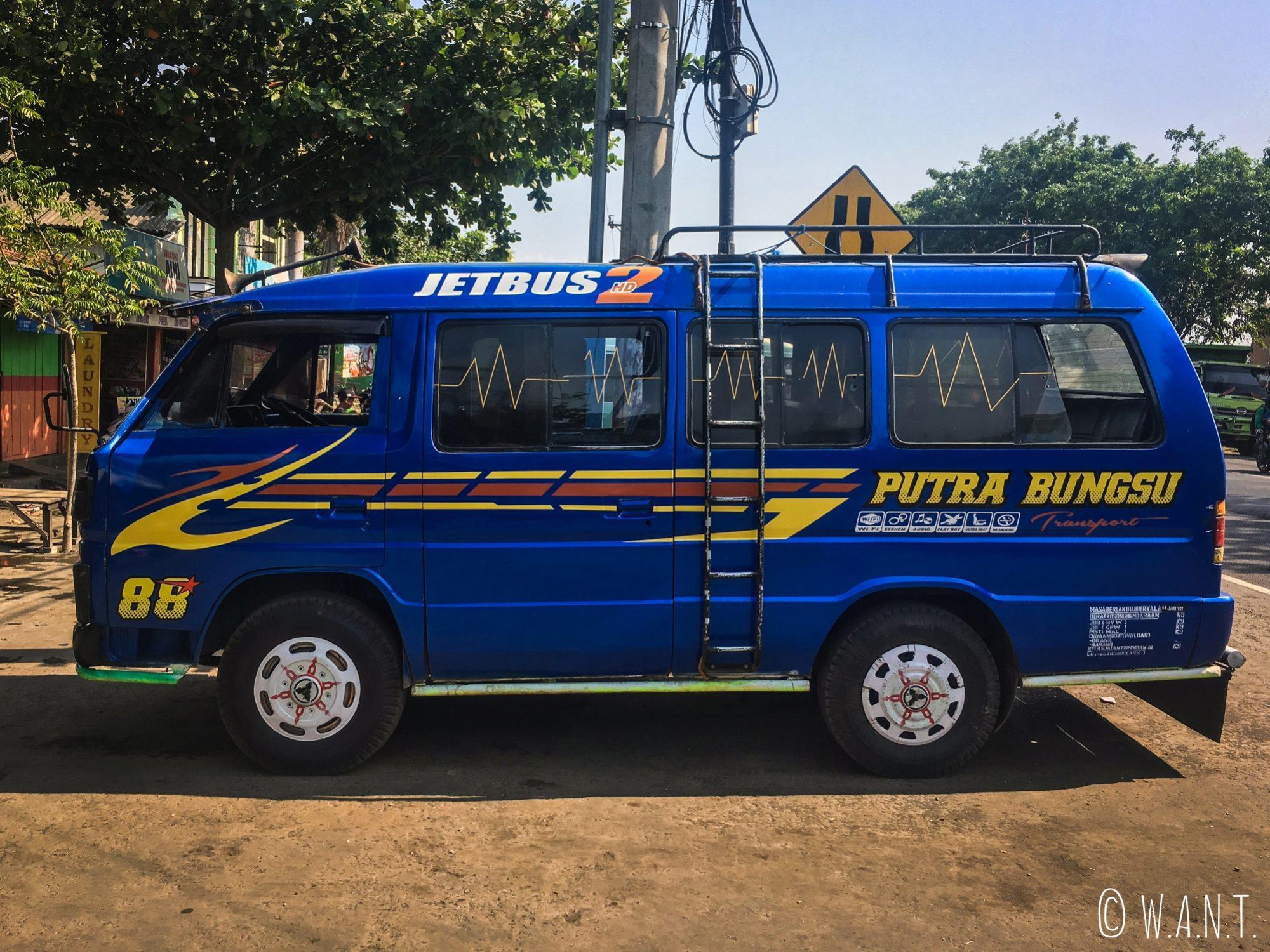Nous montons dans un minibus pour rejoindre le village de Cemoro Lawang situé au pied du Bromo