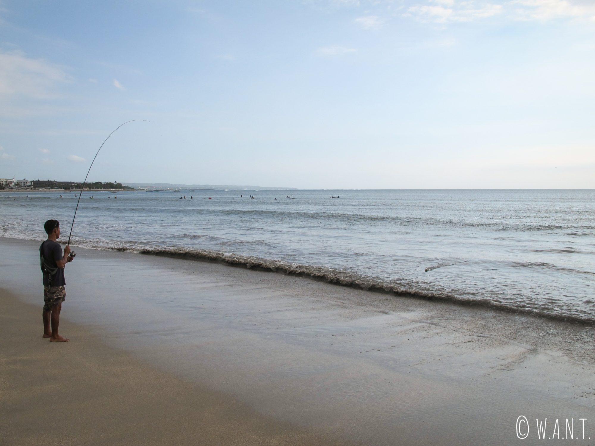 Pêcheur sur la plage de Sanur à Bali