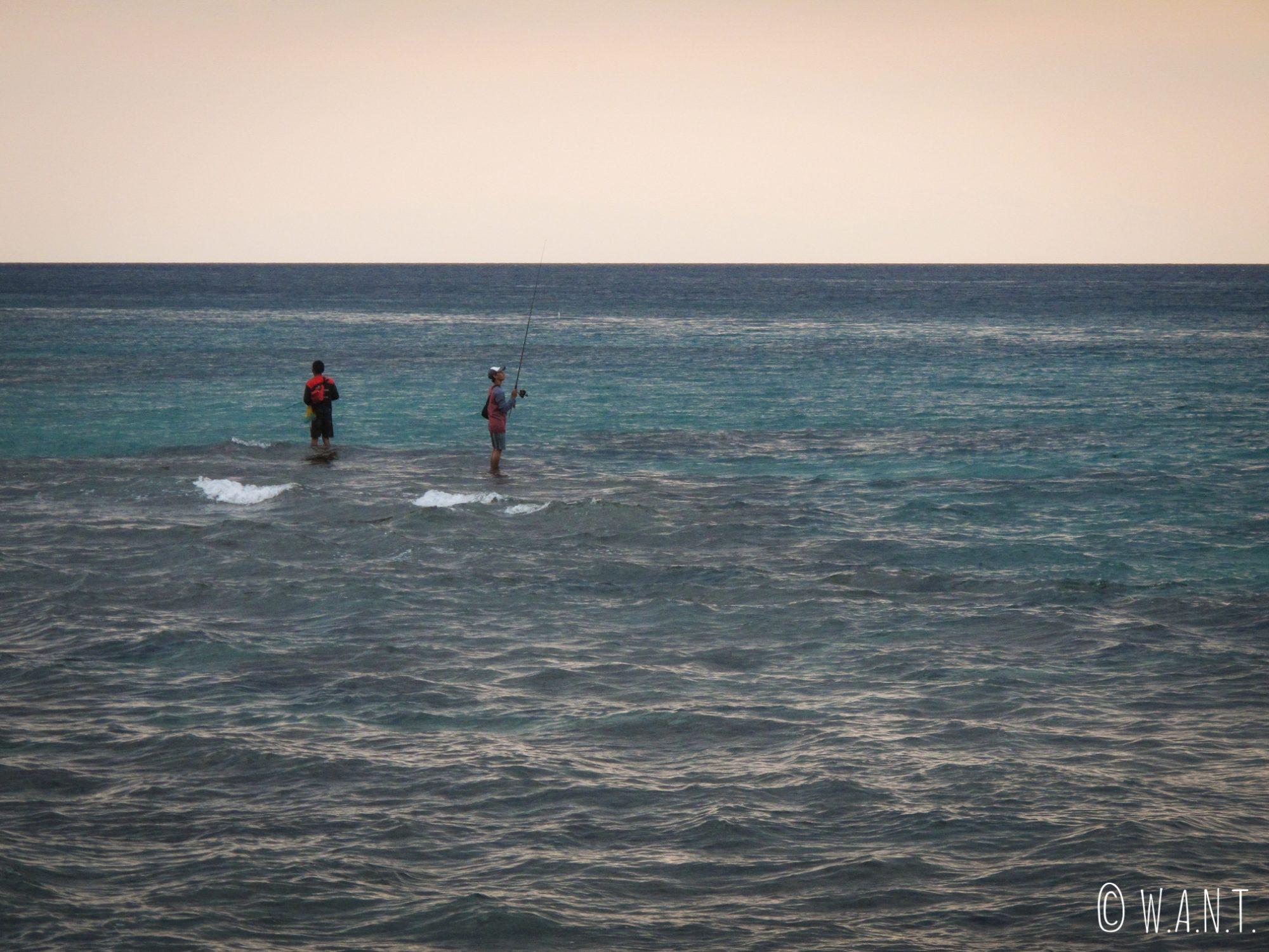 Pêcheurs sur la plage de Mangsit au coucher du soleil