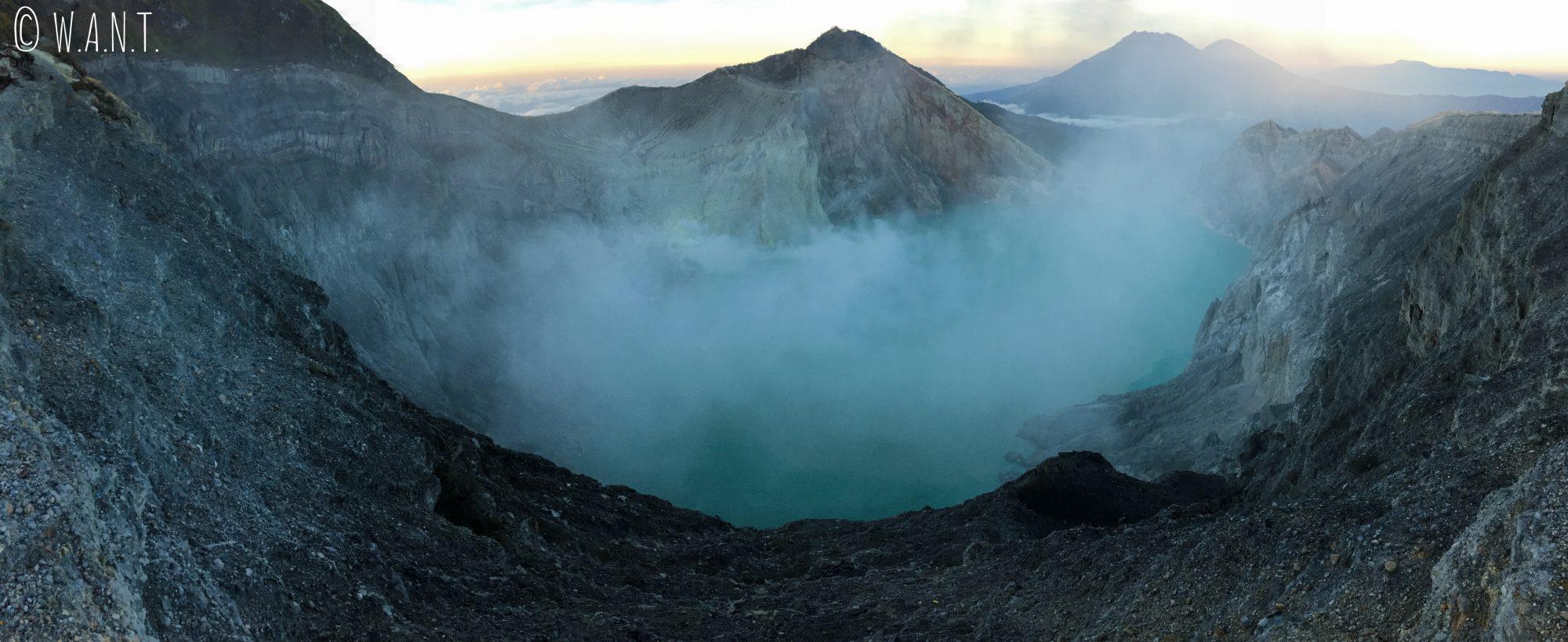 Panorama du cratère fumant du Kawah Ijen