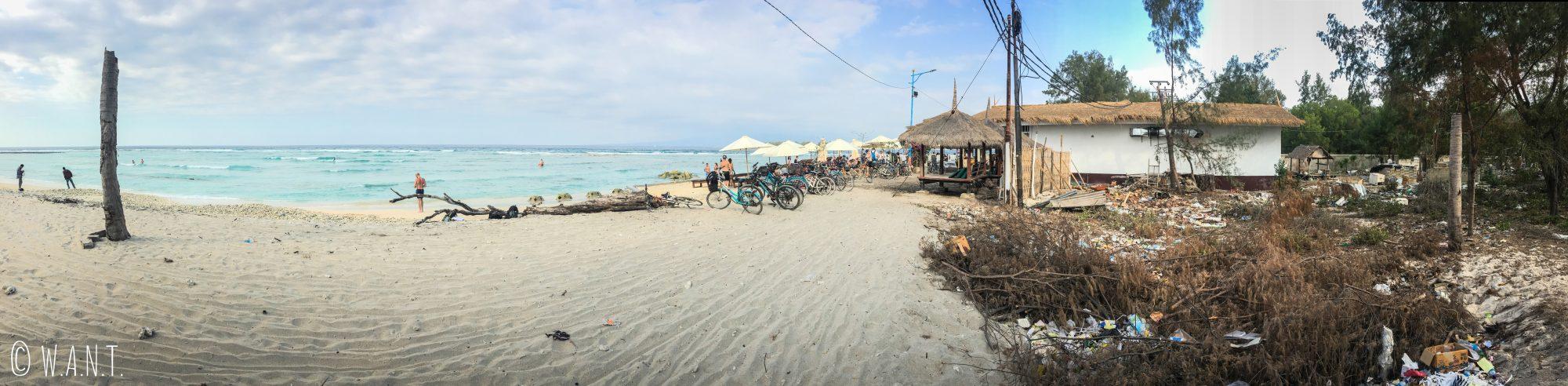 Panorama d'une plage de Gili Trawangan entourée de déchets