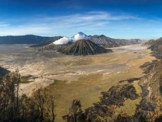 Panorama sur la caldeira des volcans Bromo, Batok et Semeru
