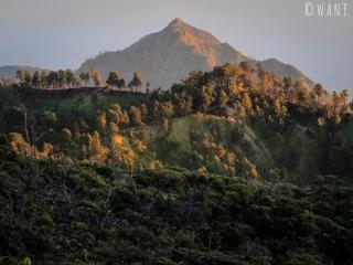 Paysage au lever du soleil depuis le cratère du Kawah Ijen
