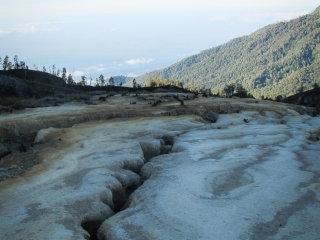 Paysage lunaire au sommet du Kawah Ijen