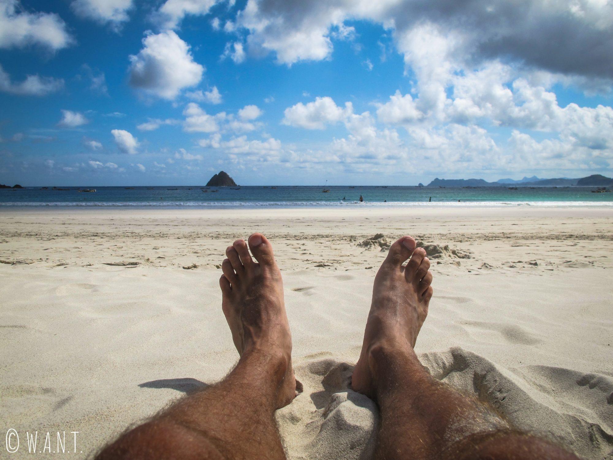 Pieds de Benjamin dans le sable de la plage de Selong Belanak à Lombok