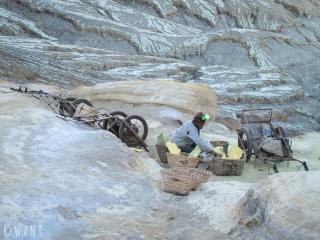 Porteurs de soufre en haut du cratère du Kawah Ijen
