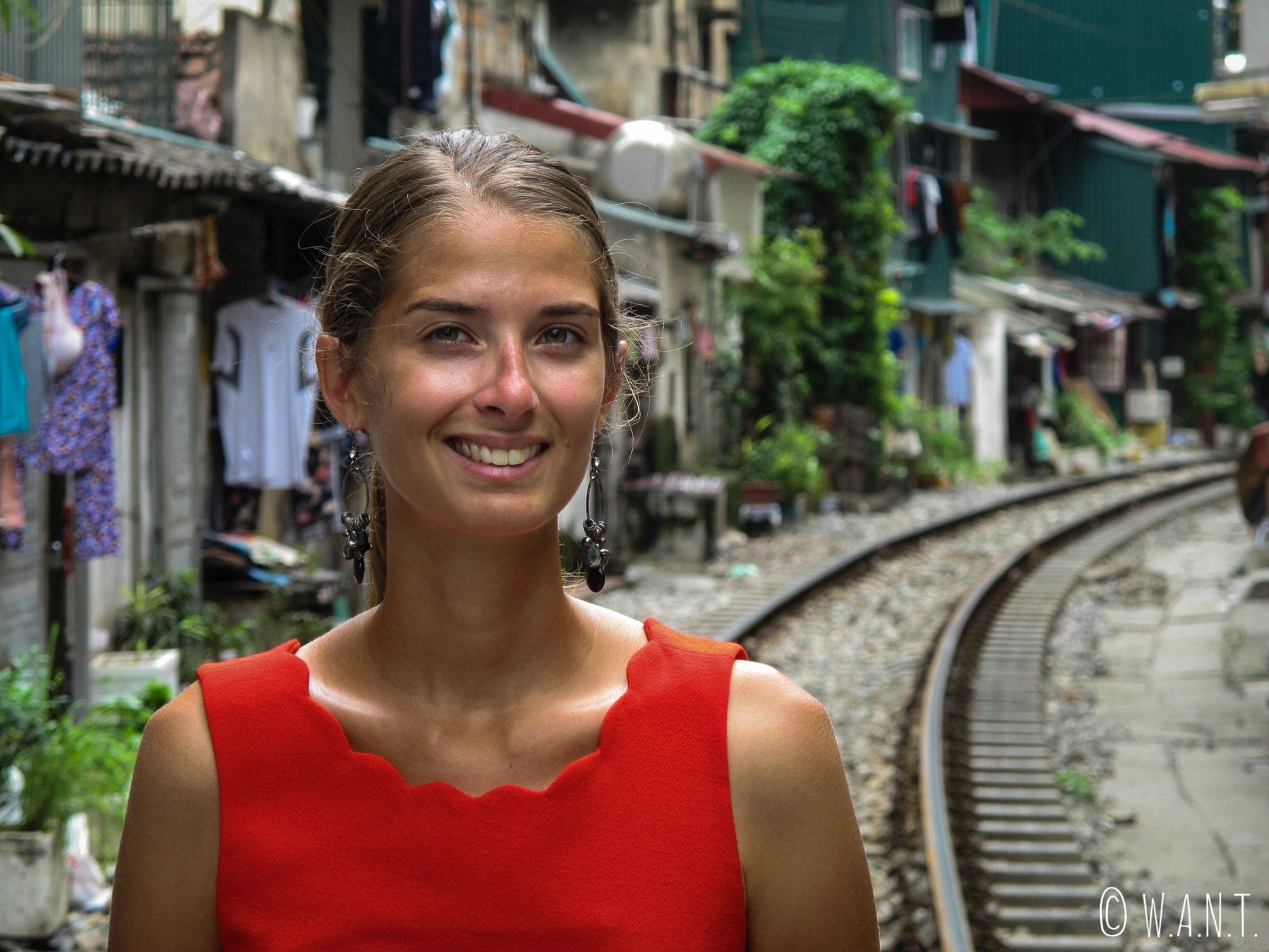 Portrait de Marion dans la rue du train de Hanoï