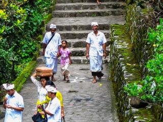 Procession aux tombeaux de Gunung Kawi