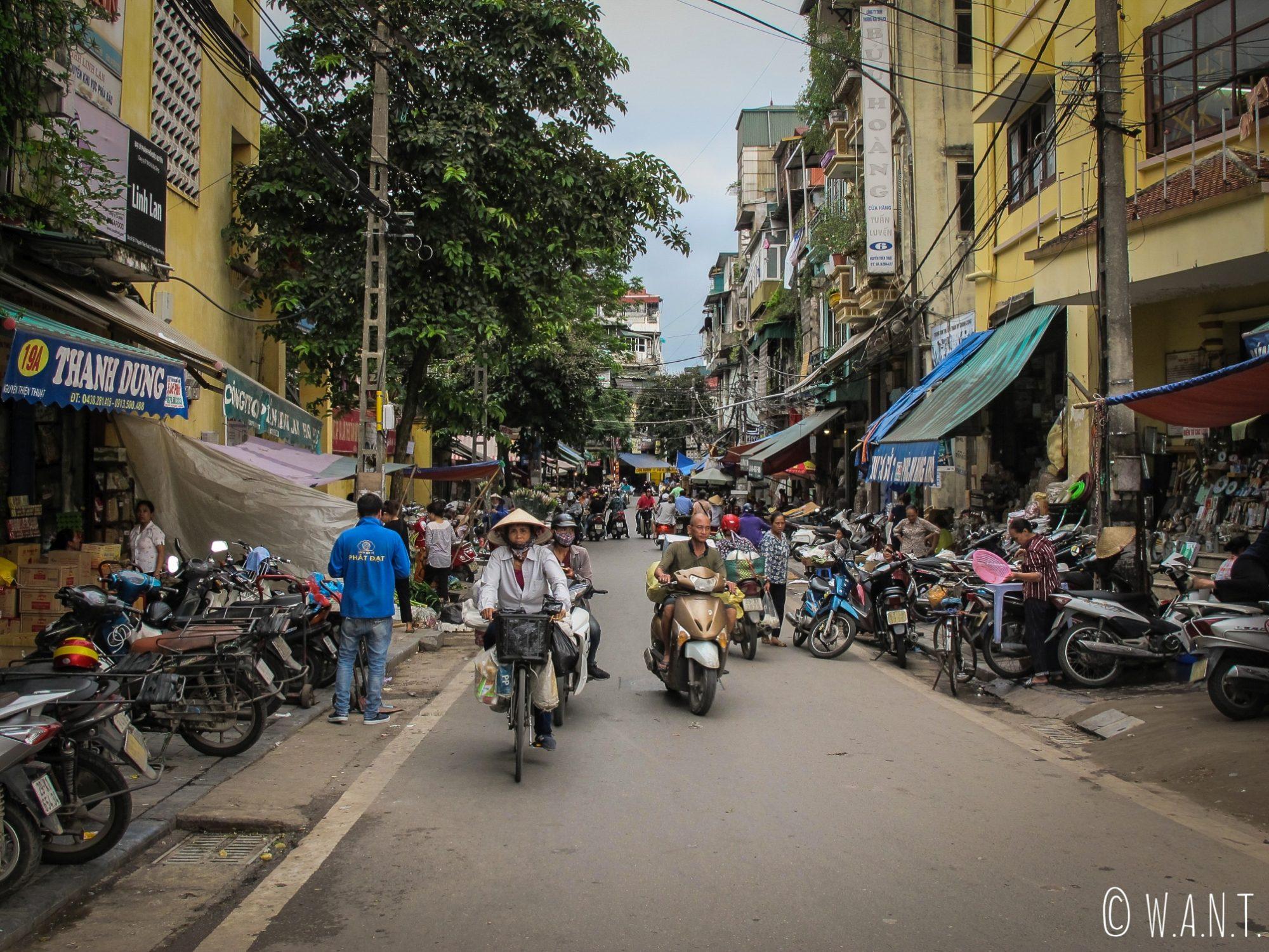 Rue fréquentée de la vieille ville de Hanoï