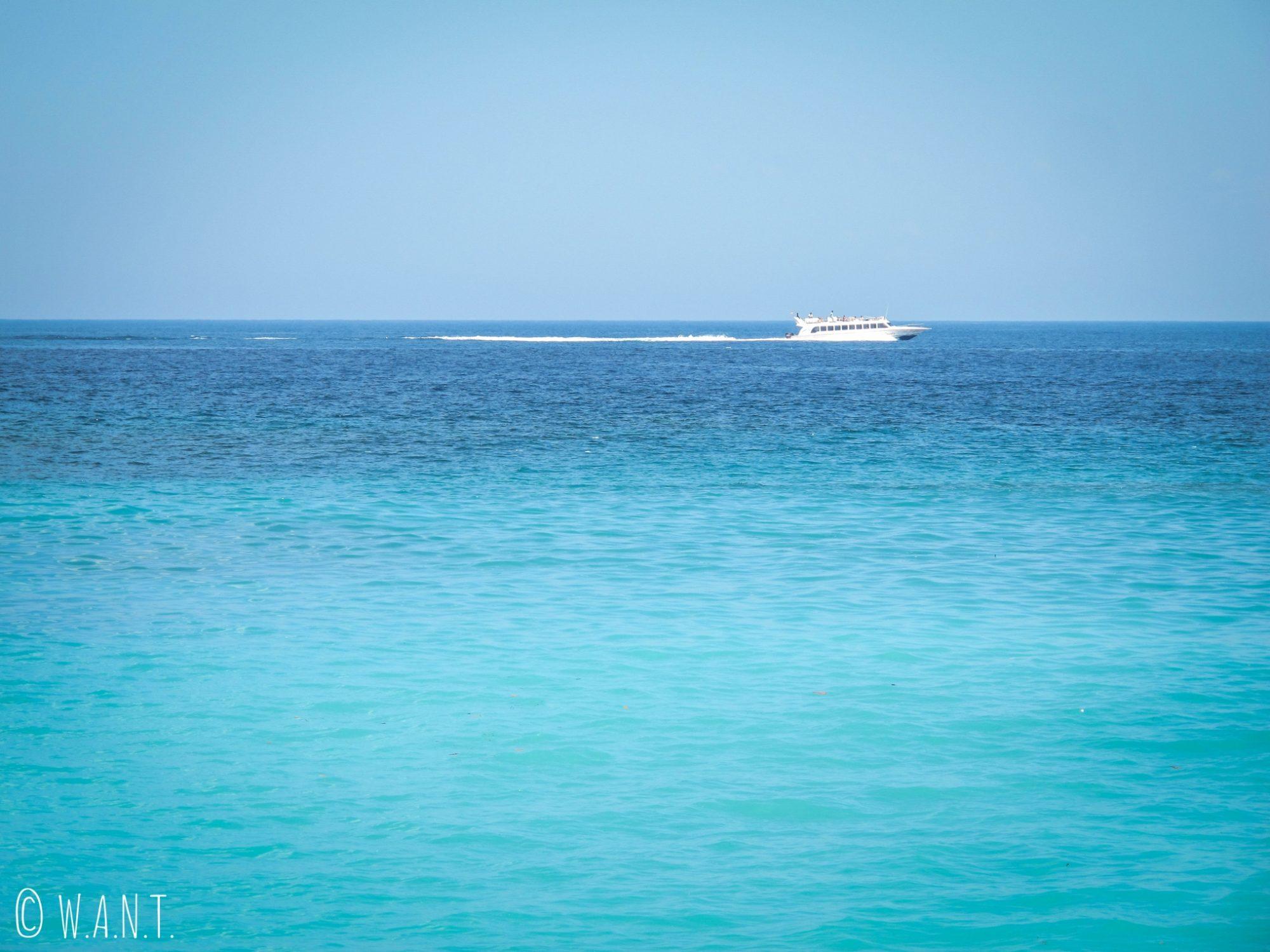Speedboat au large de la plage de Mangsit à Lombok