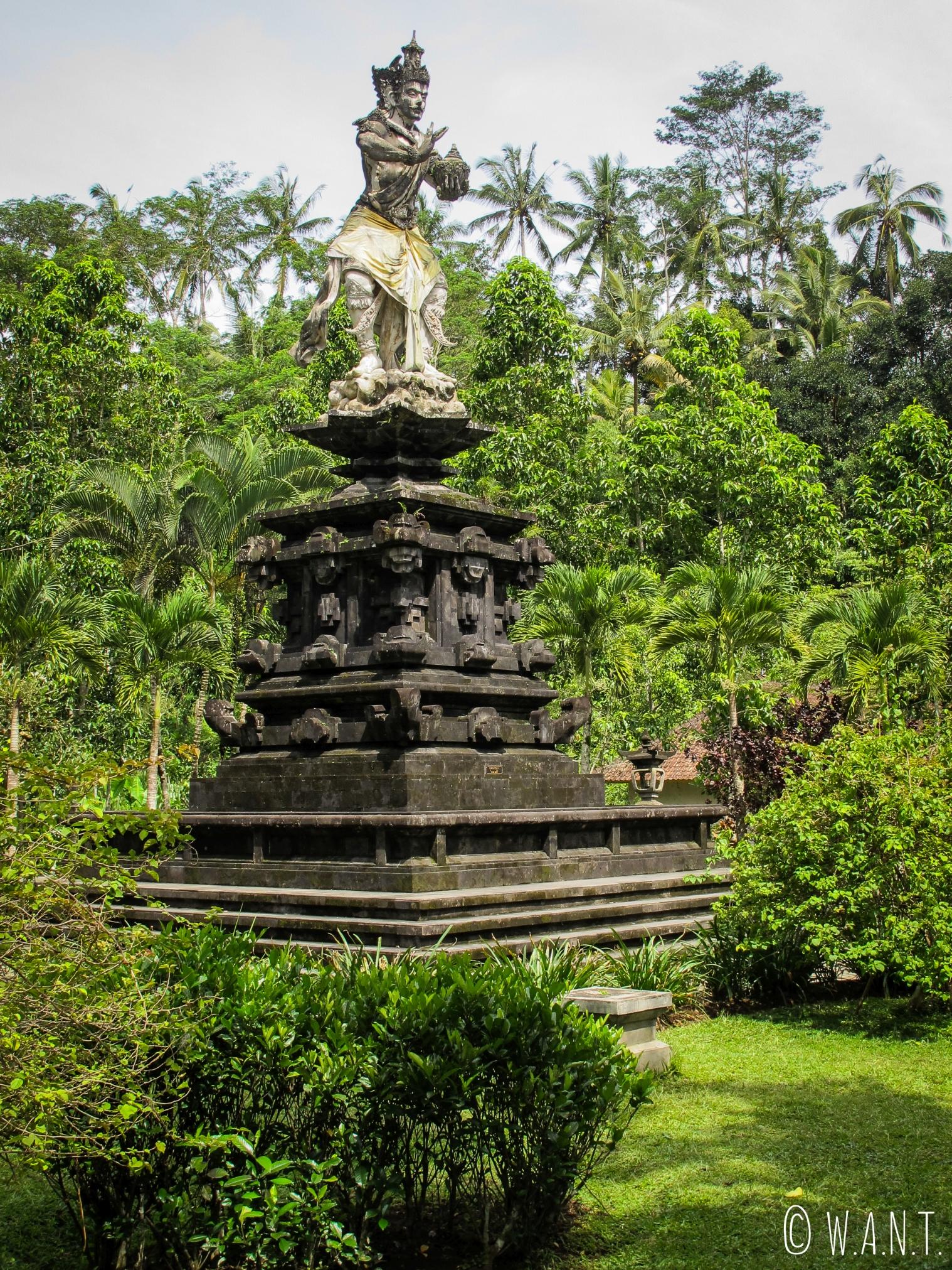 Statue dans la végétation des tombeaux de Gunung Kawi à Bali