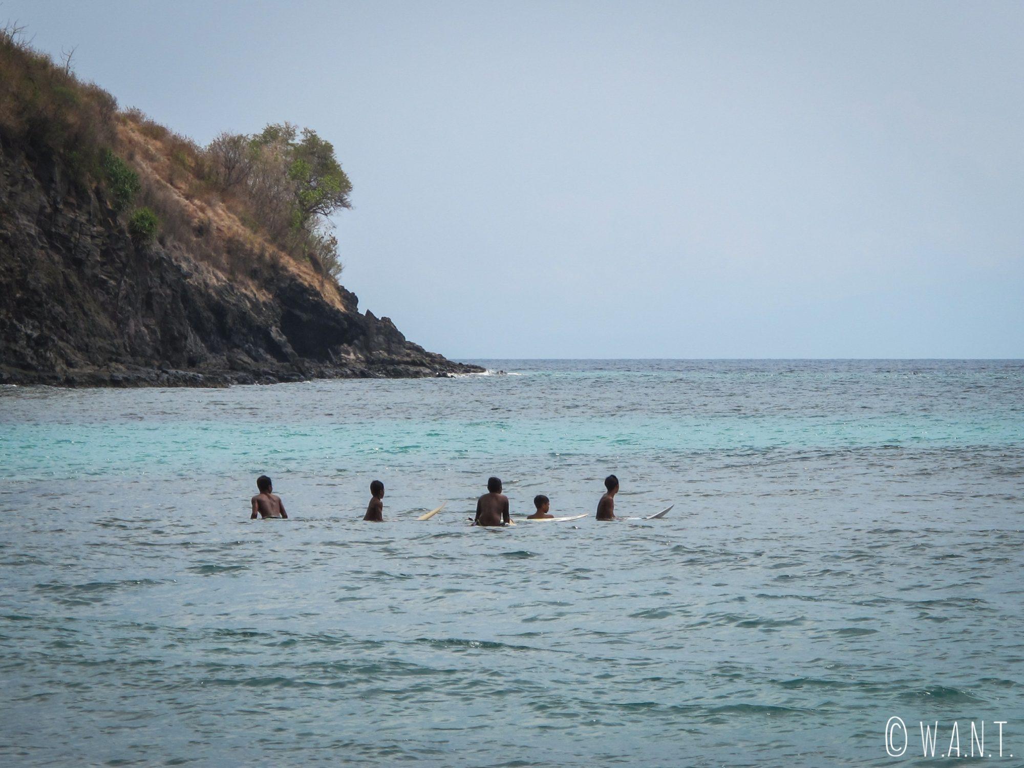 Surfeurs attendant la vague depuis la plage de Pandanan à Lombok