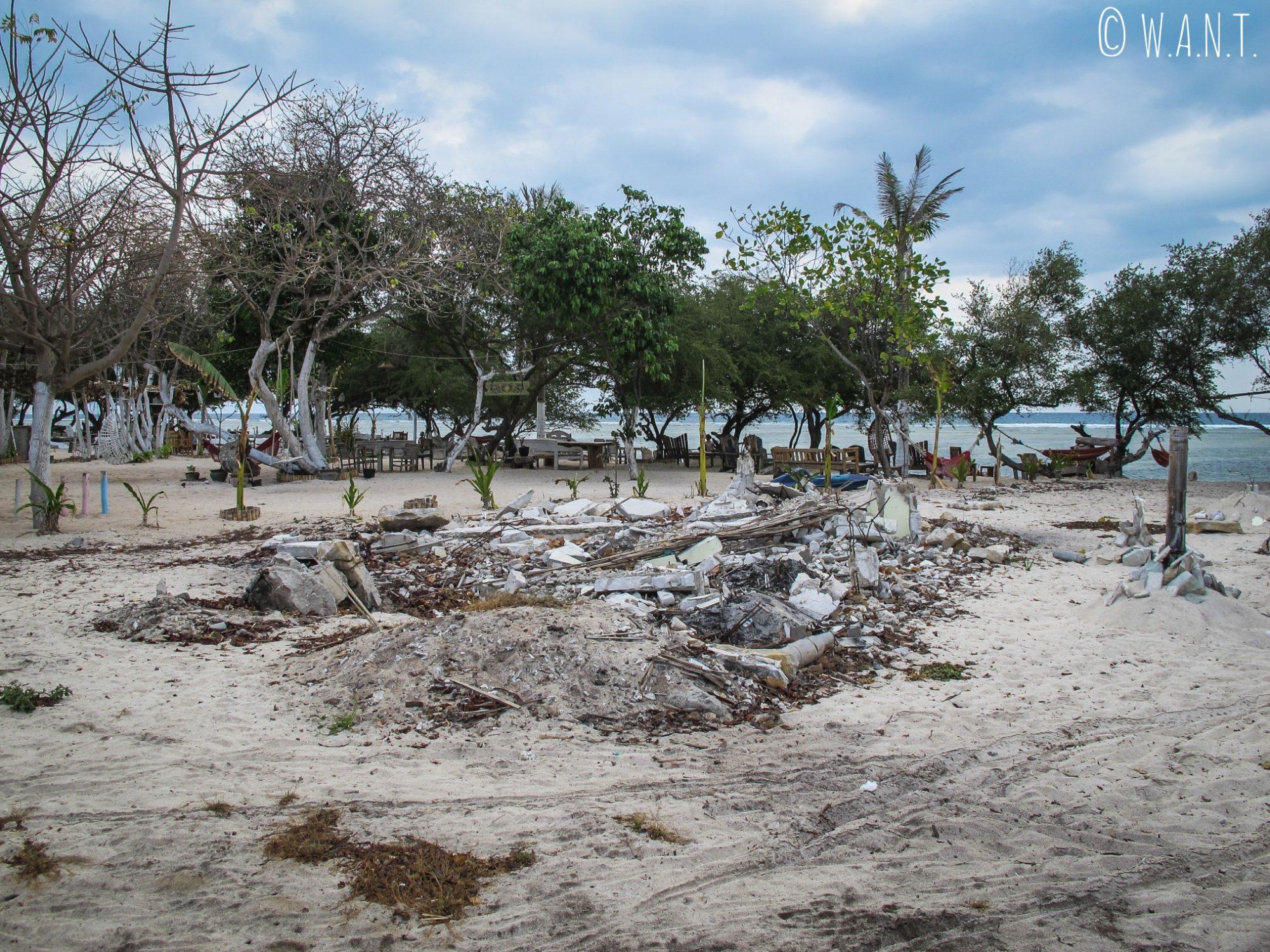 Tas de détritus à côté d'un restaurant de plage à Gili Trawangan