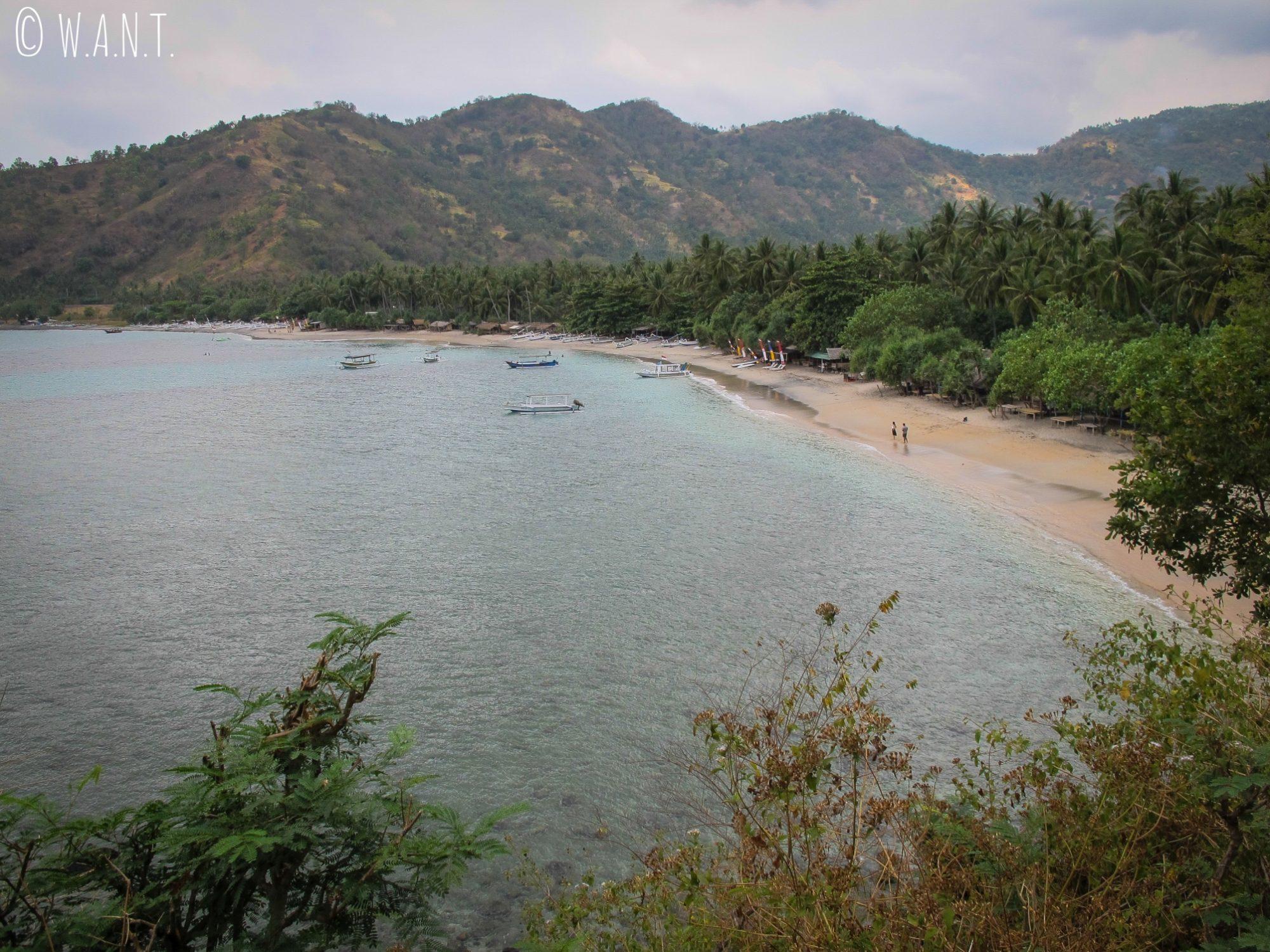 Vue sur la plage de plage de Pandanan au nord de Senggigi à Lombok