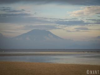 Vue sur le Mont Bromo de Bali depuis la plage de Nusa Dua