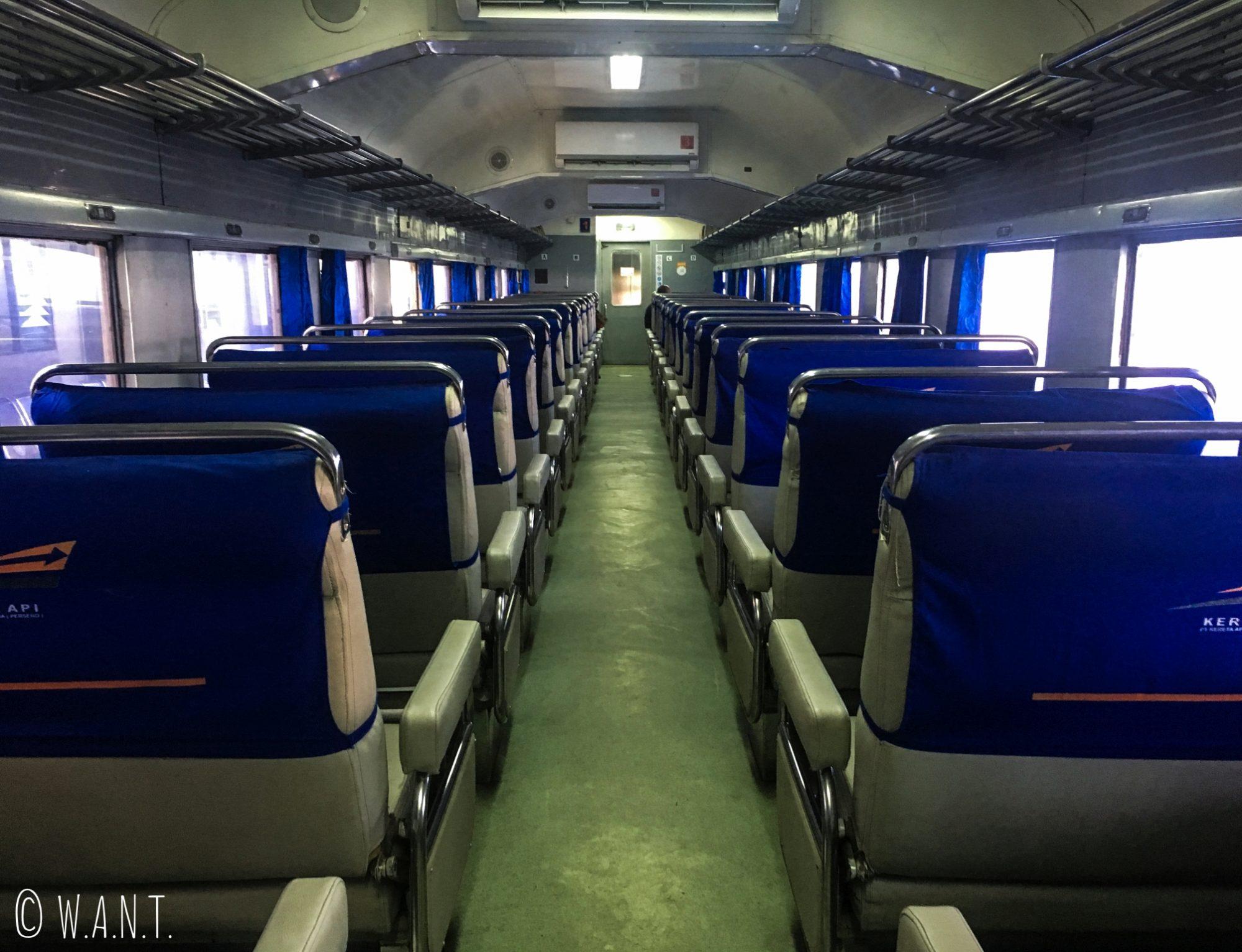 Wagon de train de la classe Bisnis en Indonésie