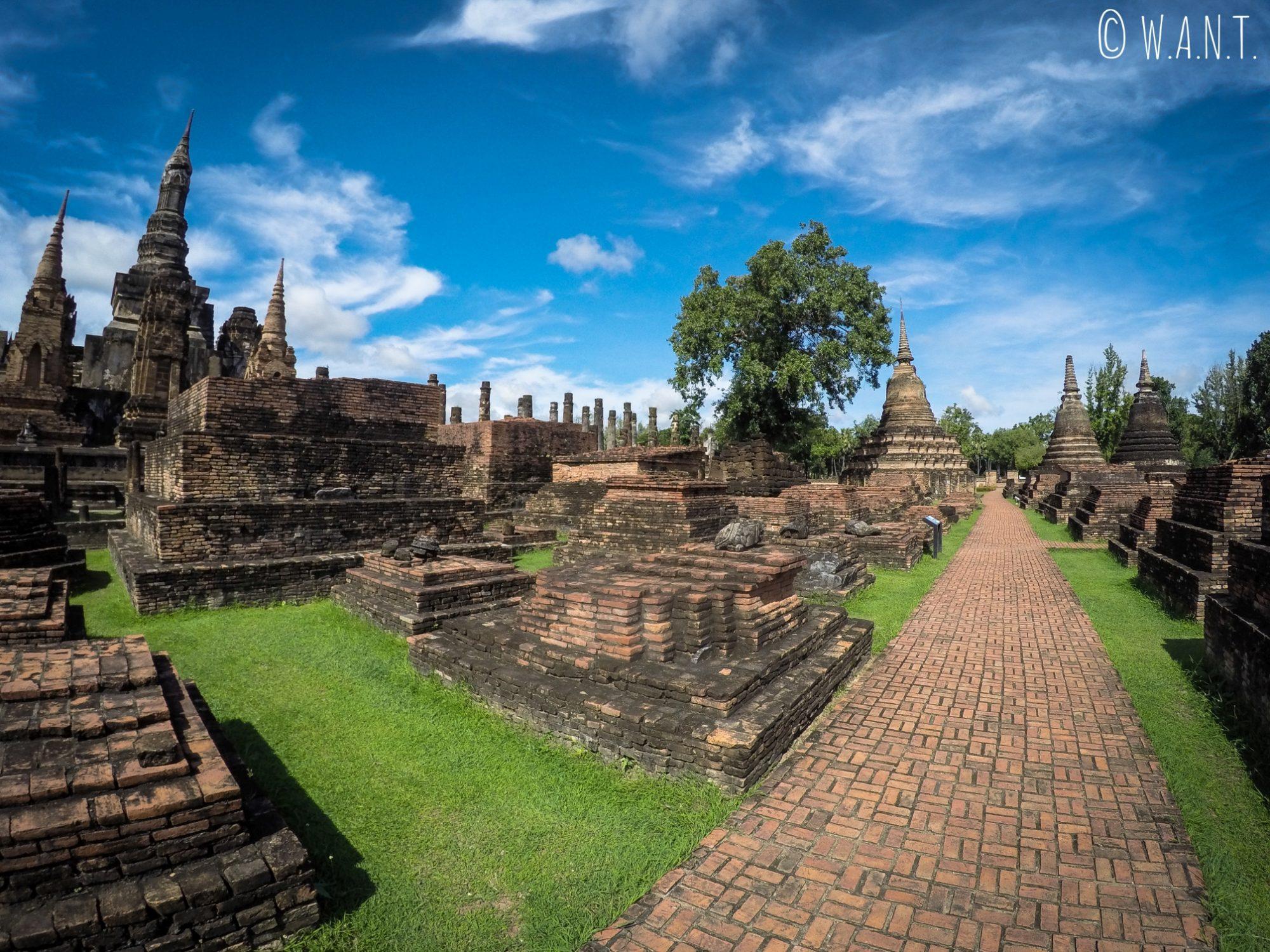 À l'intérieur du Wat Mahathat dans la zone centrale de Sukhothai