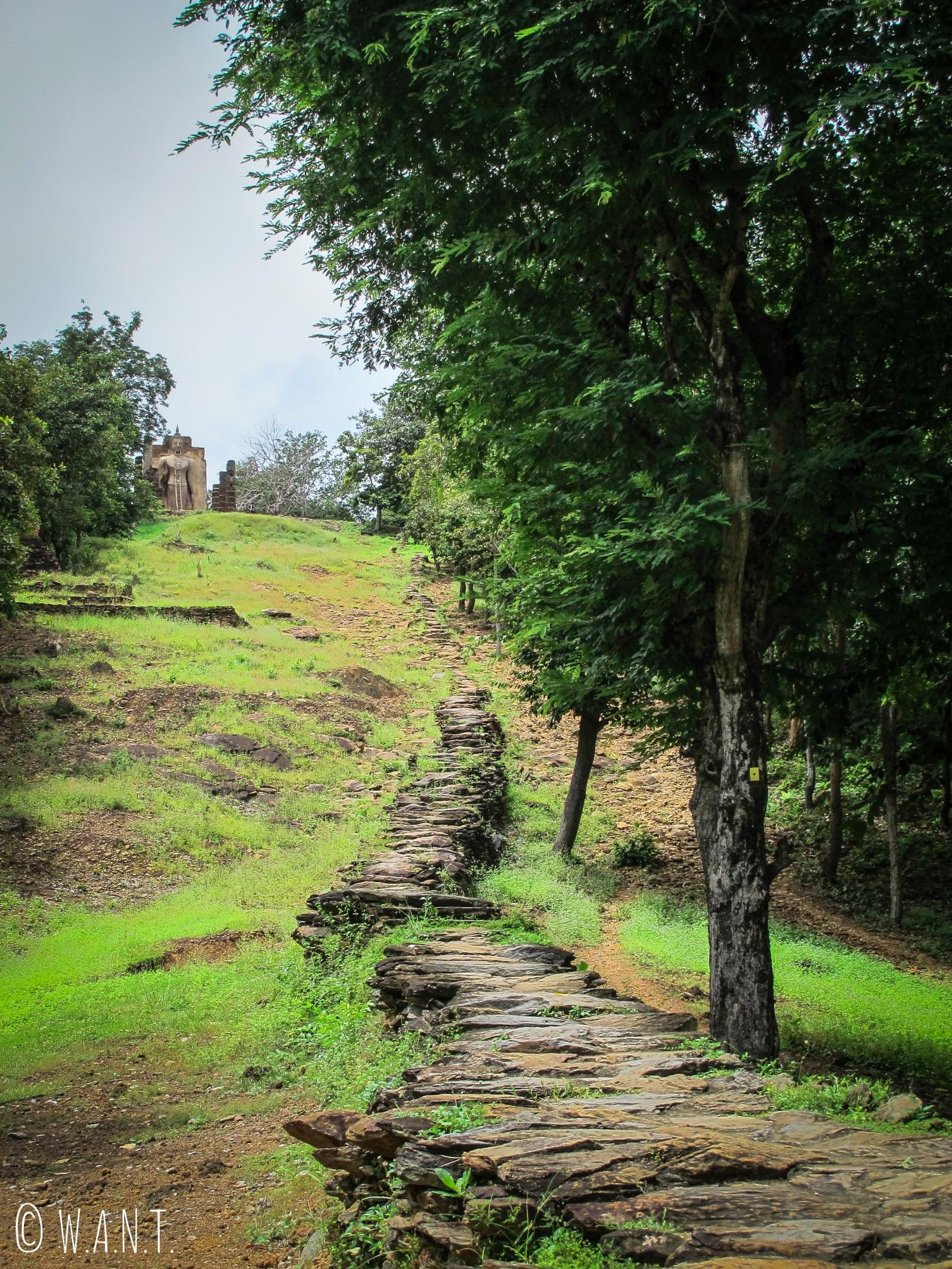 Accès au Wat Saphan Hin, temple principal de la zone ouest de Sukhothai