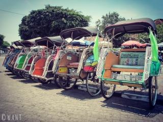 Alignement de becaks dans les rues de Yogyakarta
