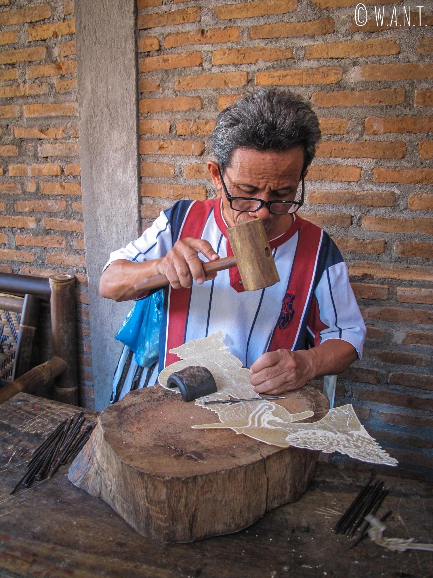 Artisan fabriquant une marionnette traditionnelle à Yogyakarta