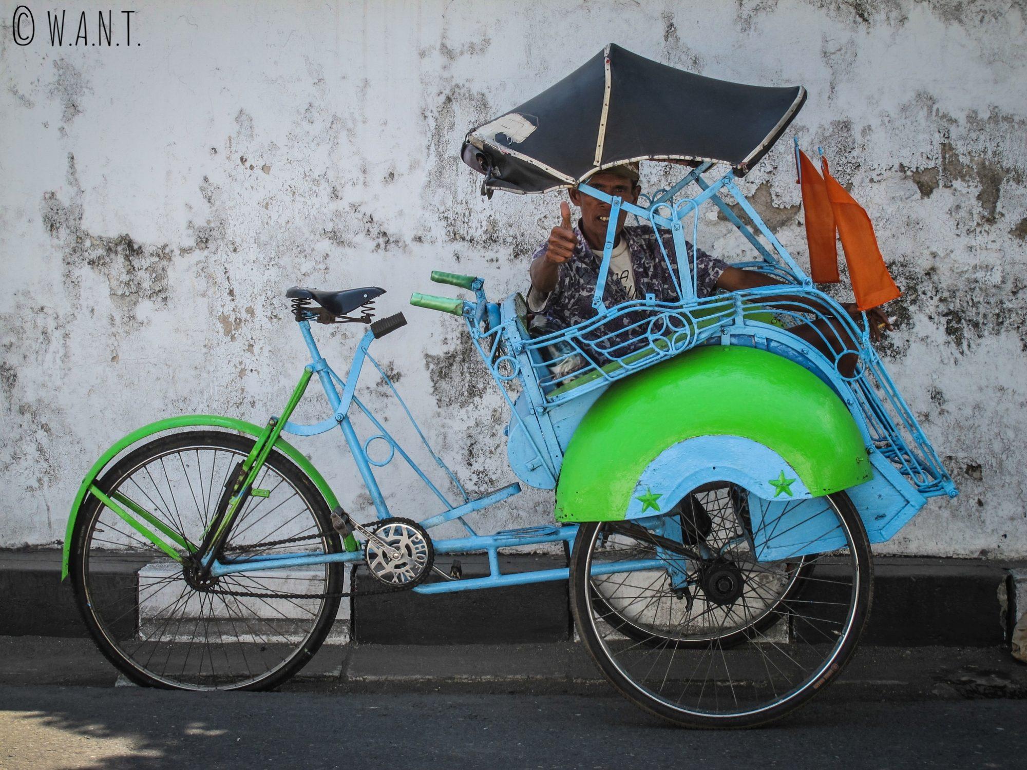 Becak et son conducteur dans les rues de Yogyakarta