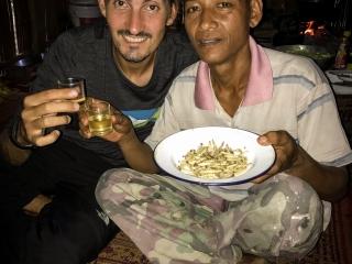 Benjamin et Dam trinquent à l'alcool de riz durant notre trek à Chiang Rai