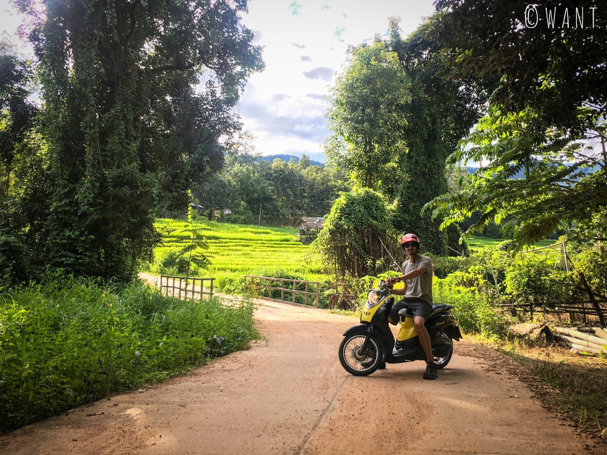Benjamin, sur notre scooter nous permettant de nous déplacer sur les différents sites à visiter de Pai