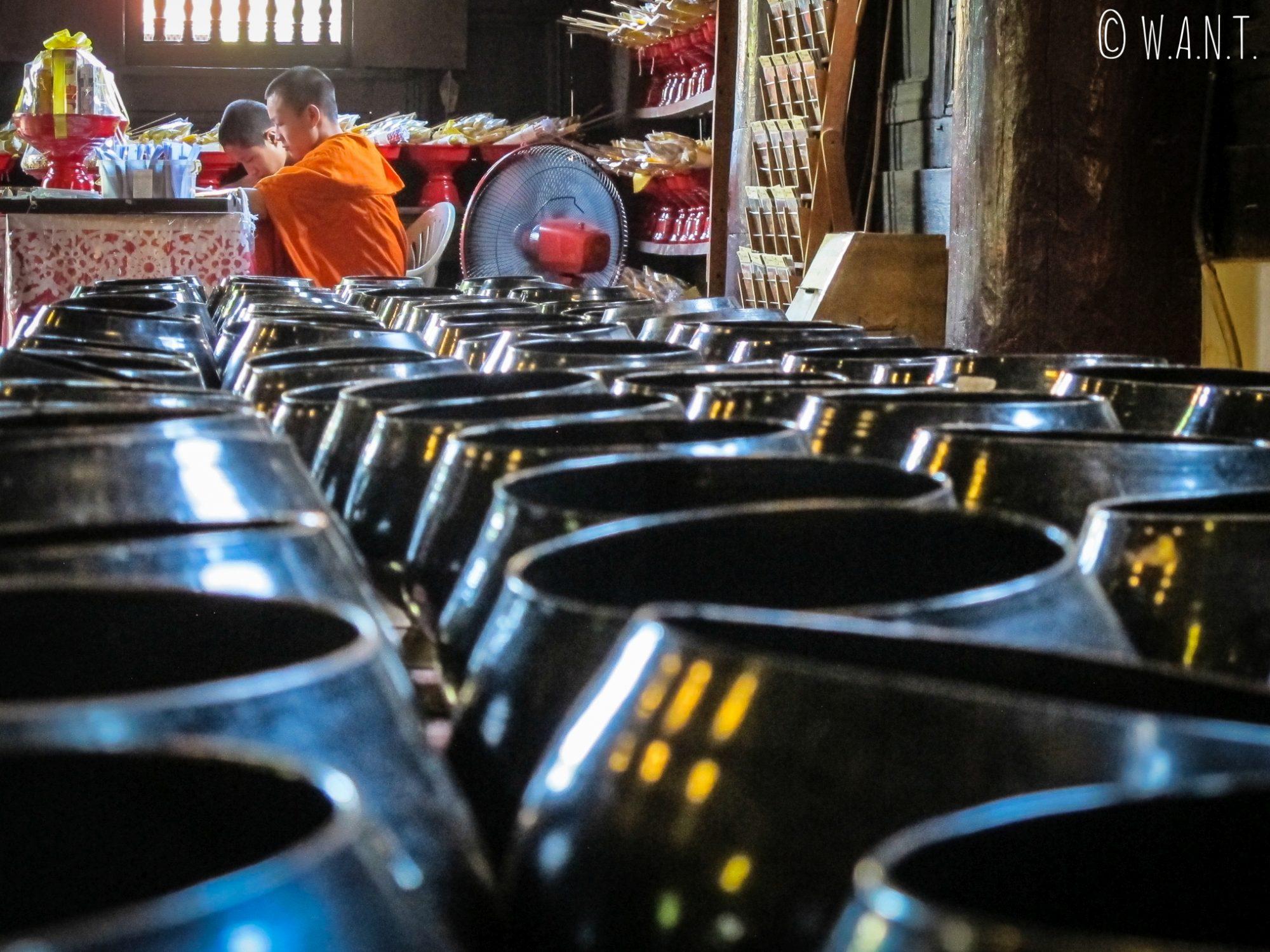Bols à offrandes au Wat Phan Tao de Chiang Mai