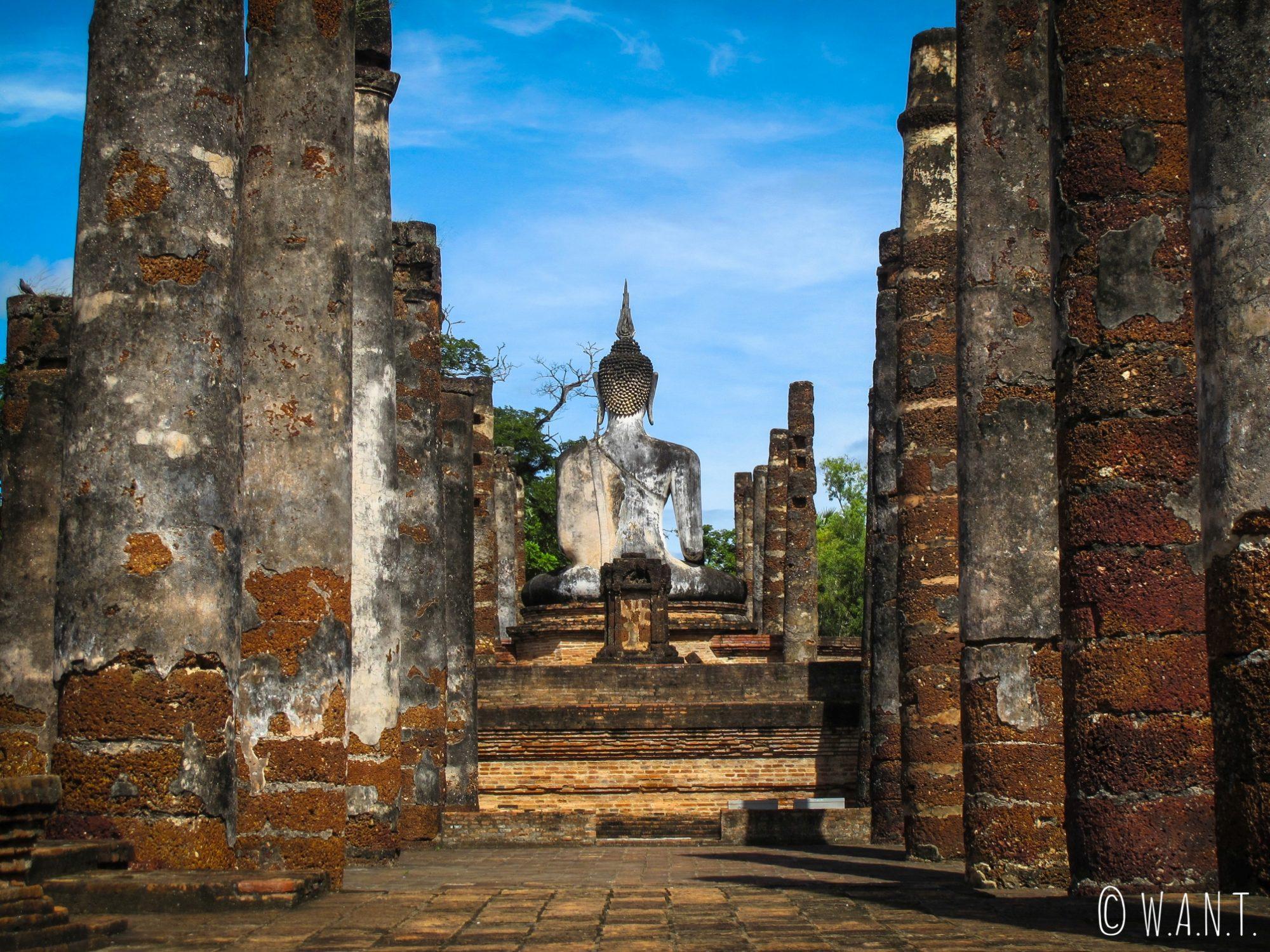 Bouddha de dos dans le Wat Mahathat de Sukhothai