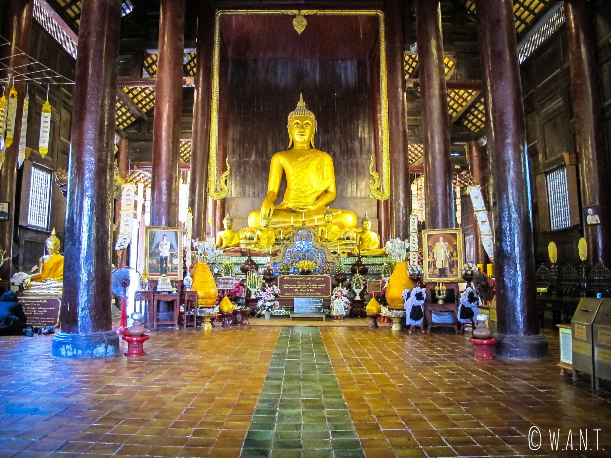 Bouddha du Wat Phan Tao, temple en bois de Chiang Mai