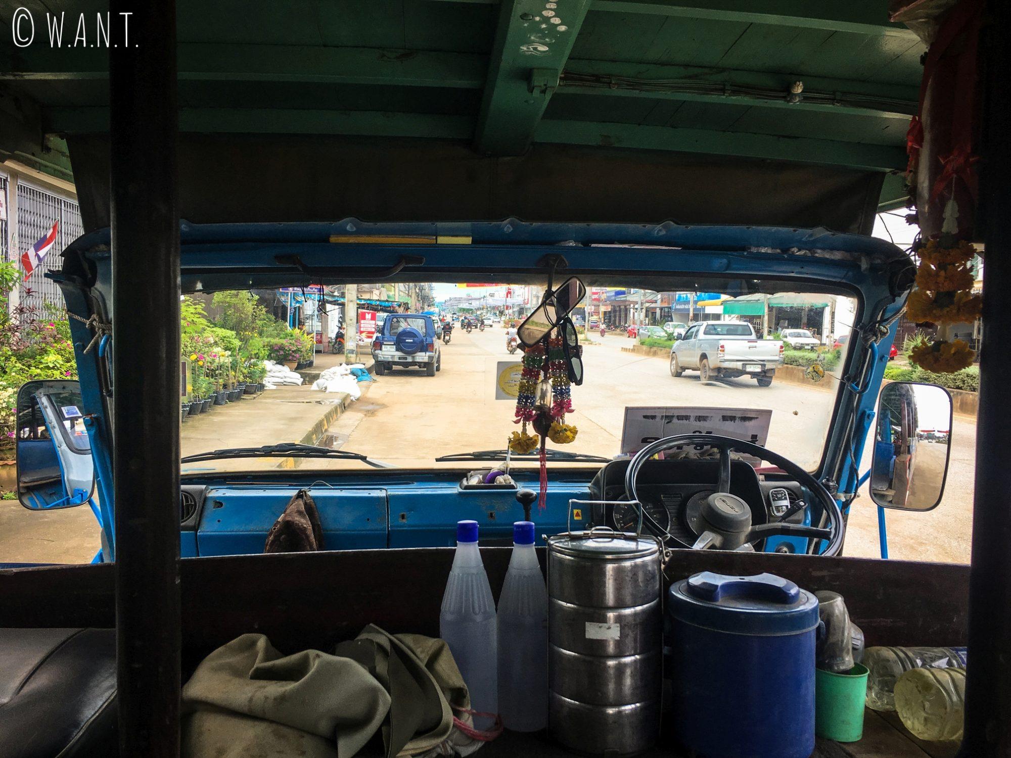 Cabine de pilotage de la navette nous conduisant de New Sukhothai à Old Sukhothai