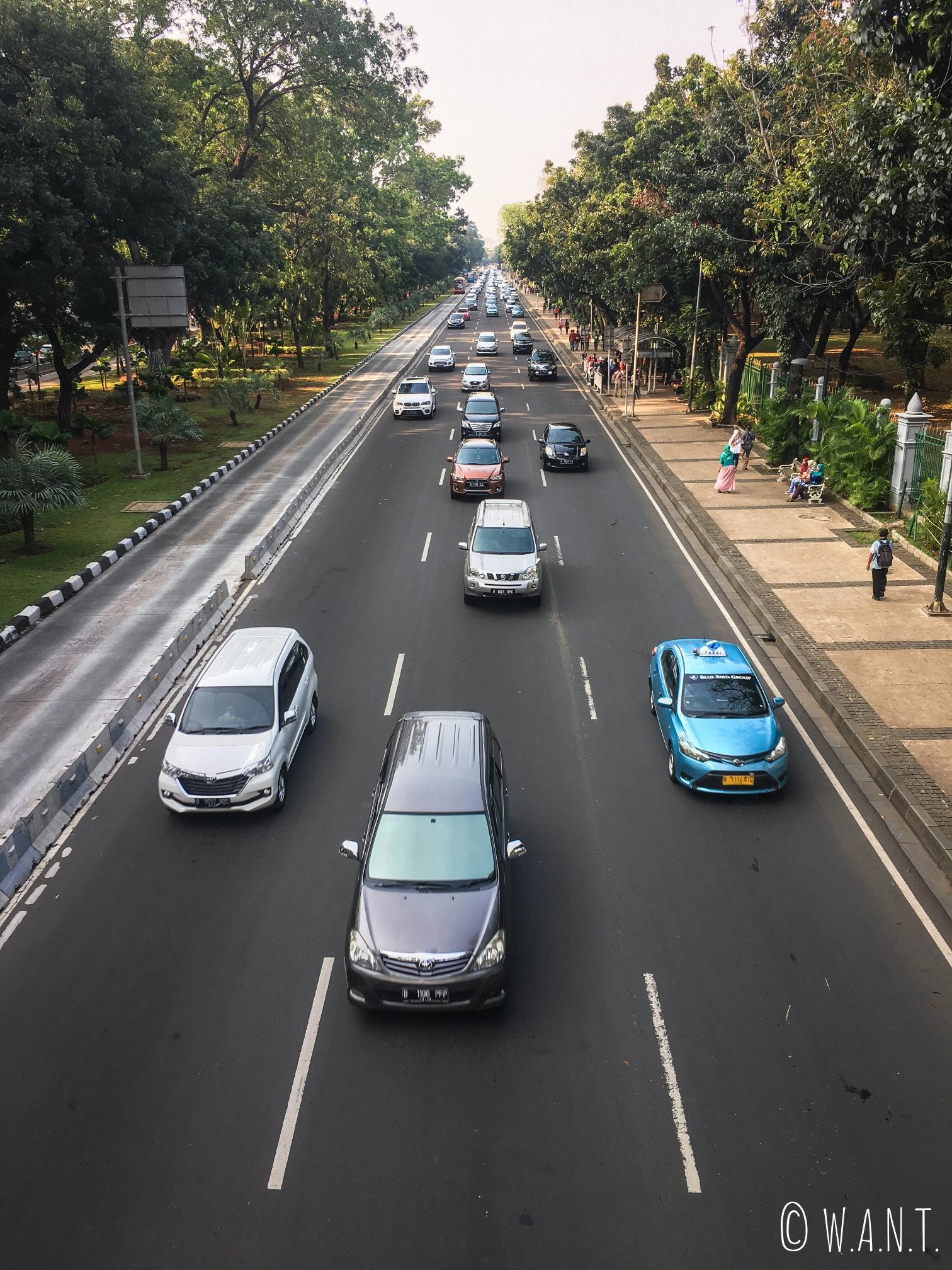Circulation dense autour du parc du Monas à Jakarta