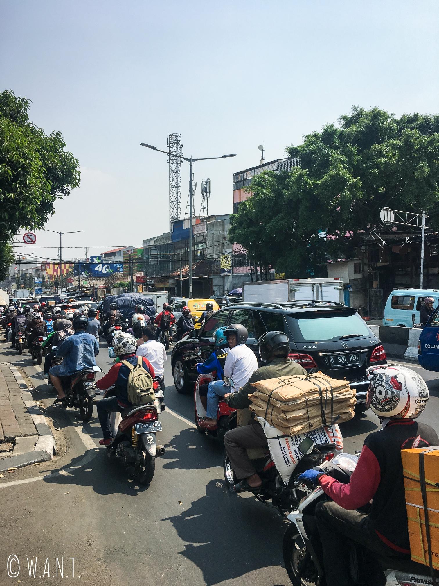 Circulation difficile dans les rues de Jakarta