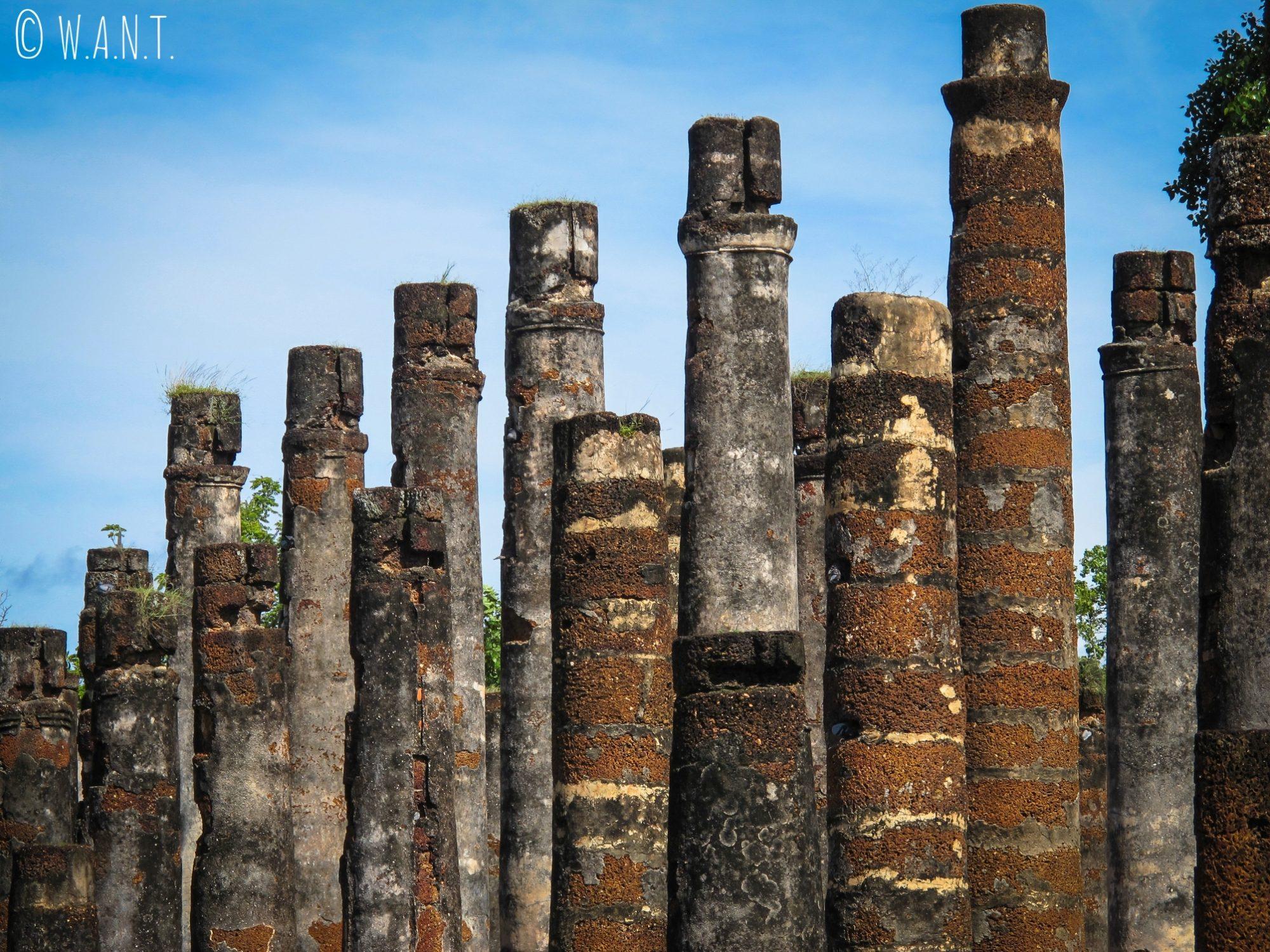 Colonnes du Wat Mahathat, temple principal de la zone centrale de Sukhothai