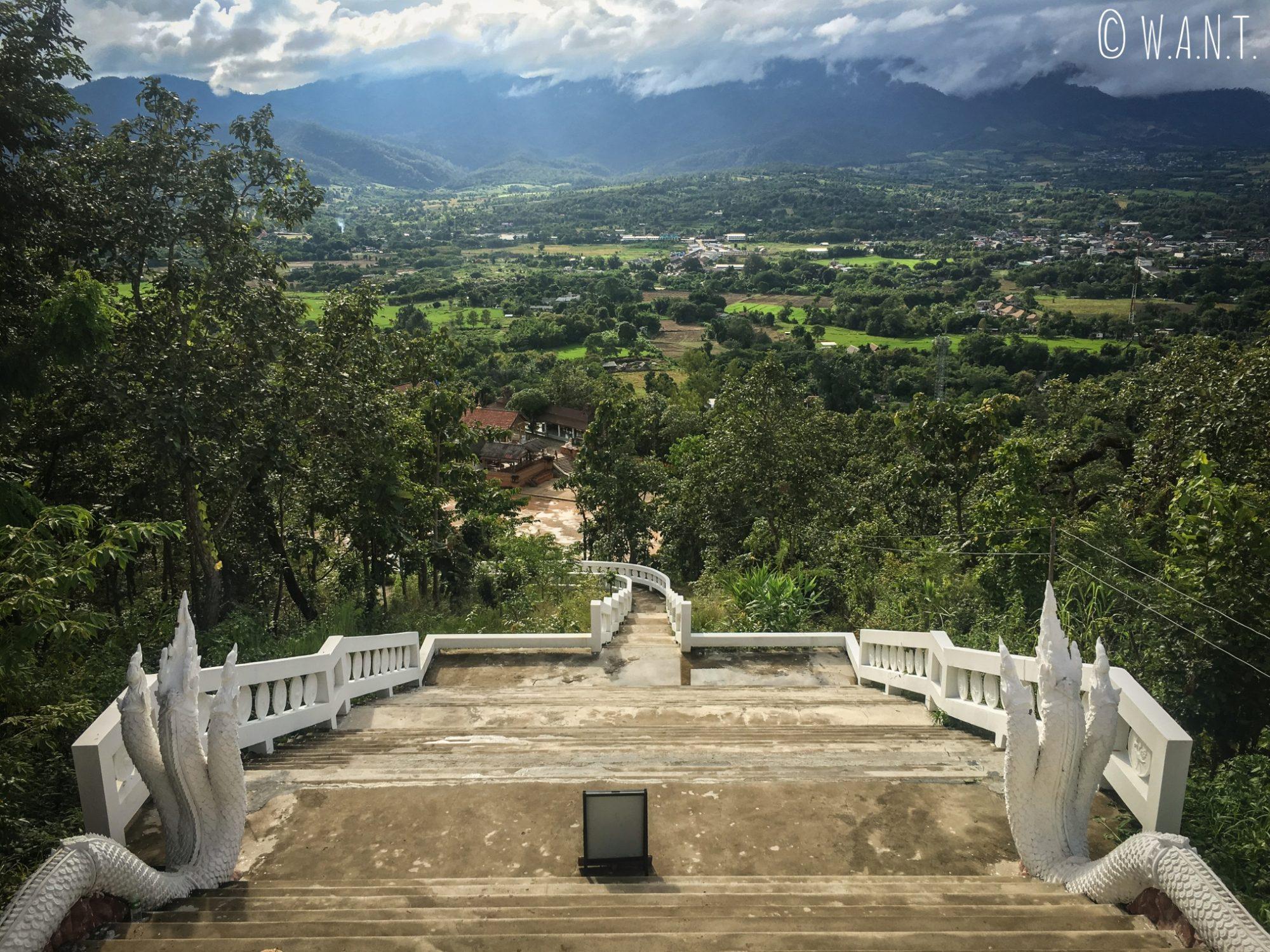 Depuis le Bouddha blanc du Wat Phra That Mae Yen, nous avons une vue en plongée sur la ville de Pai et ses environs
