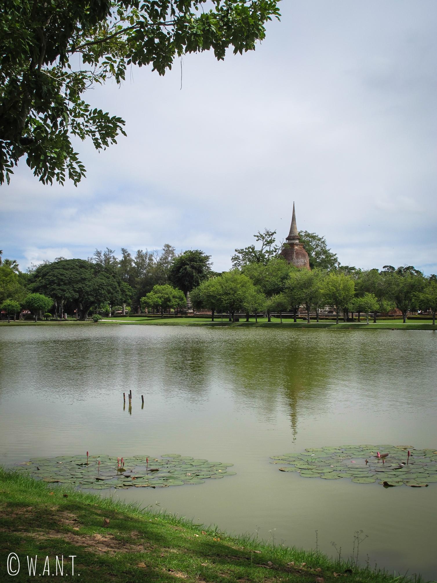 Des lacs entourent les temples dans la zone centrale du parc historique de Sukhothai
