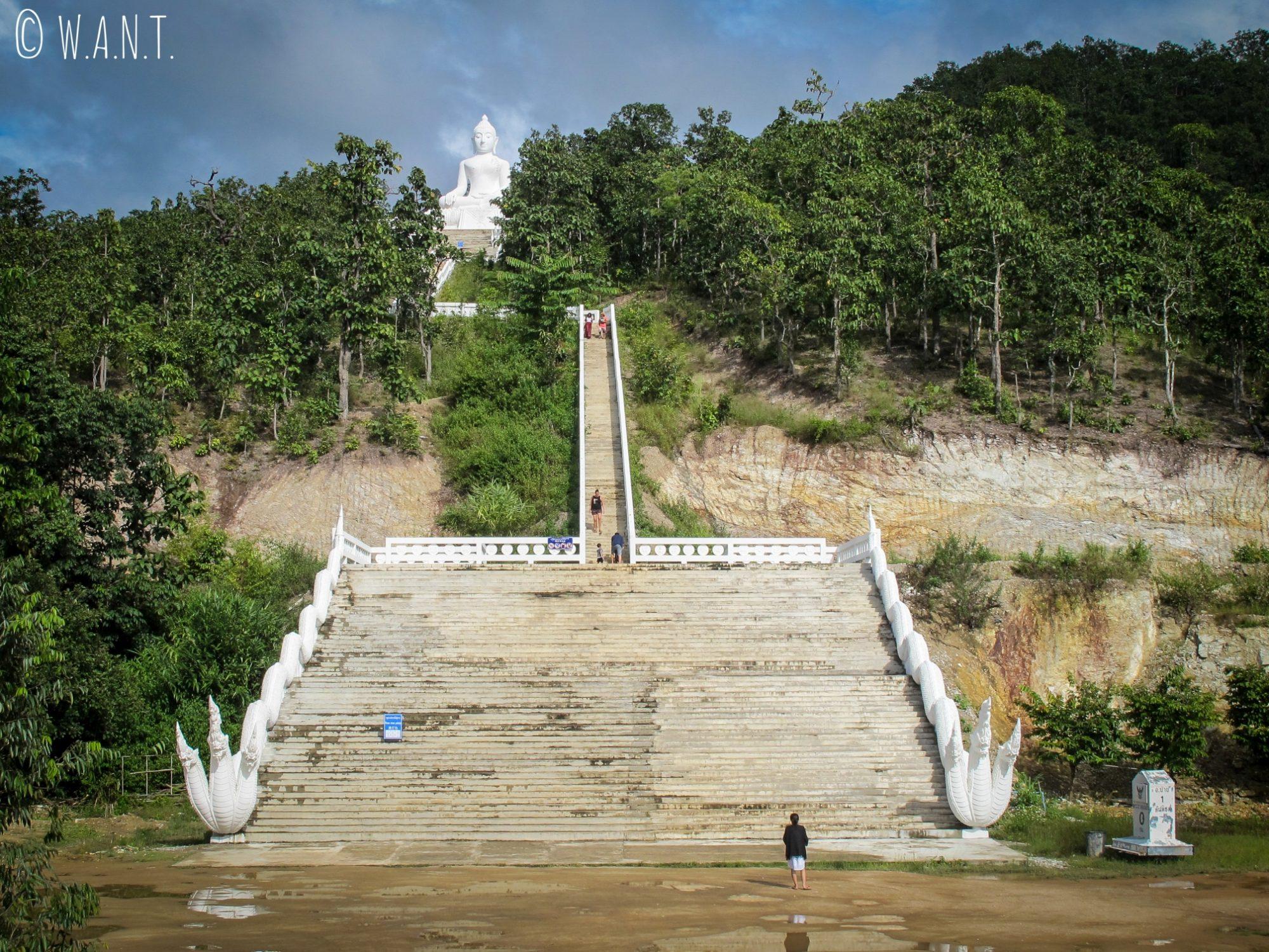 Escaliers permettant d'accéder au Bouddha blanc du Wat Phra That Mae Yen qui domine la ville de Pai