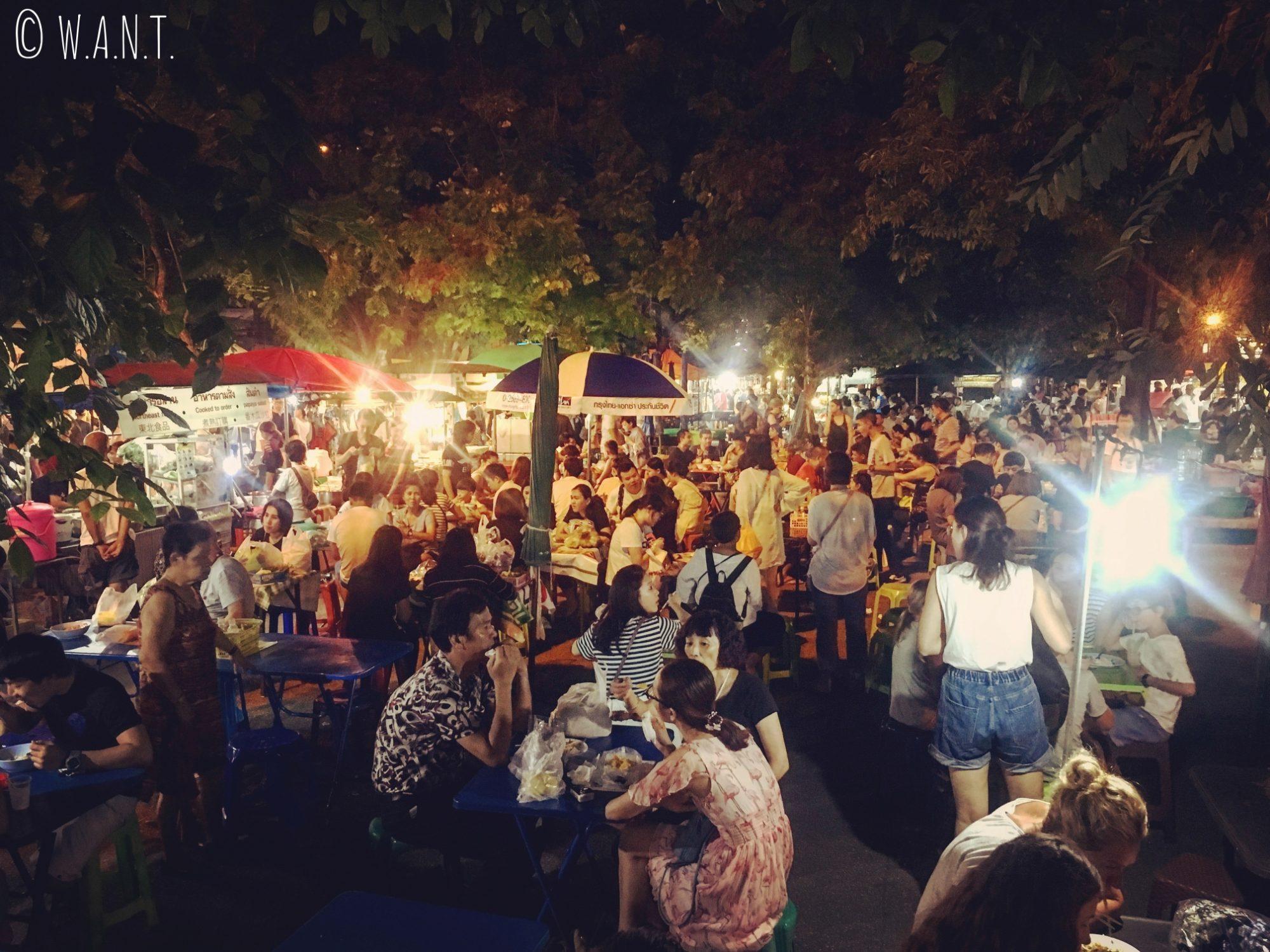 Food-court extérieur dans les rues de Chiang Mai