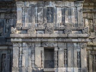 Gros plan sur la façade du temple dédiée à Shiva à Prambanan