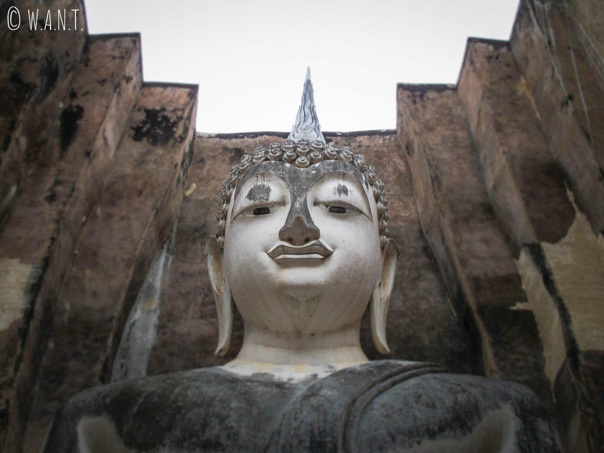 Gros plan sur la tête du Wat Si Chum à Sukhothai