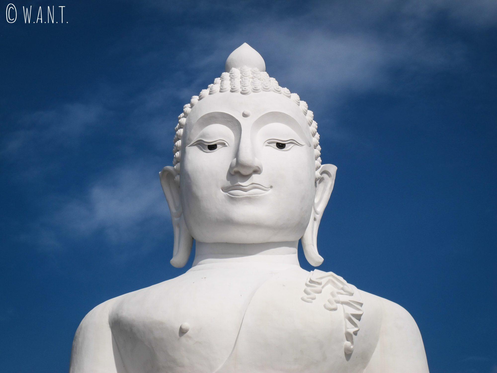 Gros plan sur le Bouddha blanc du Wat Phra That Mae Yen de Pai