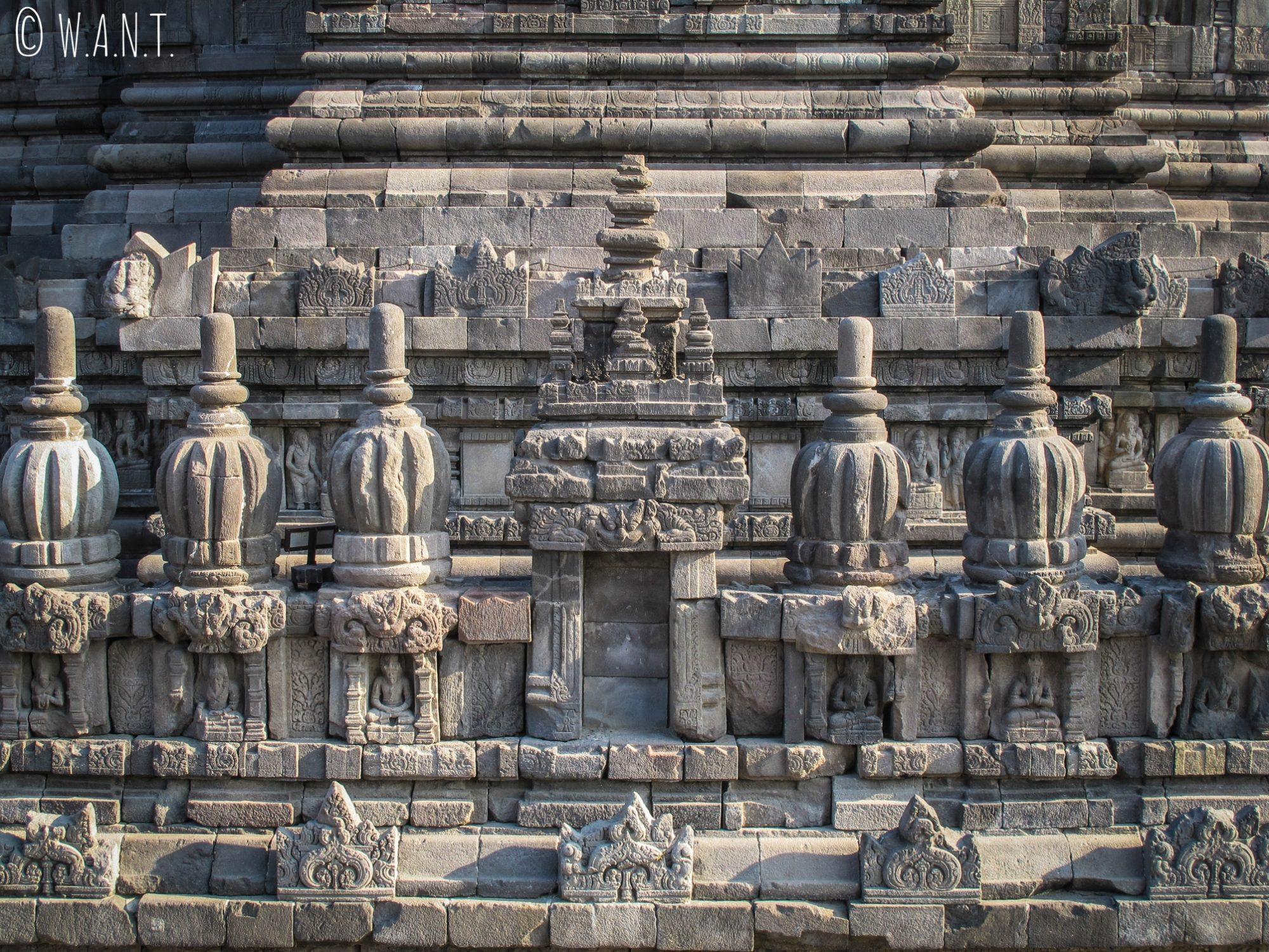 Gros plan sur le temple de Prambanan dédié à Shiva