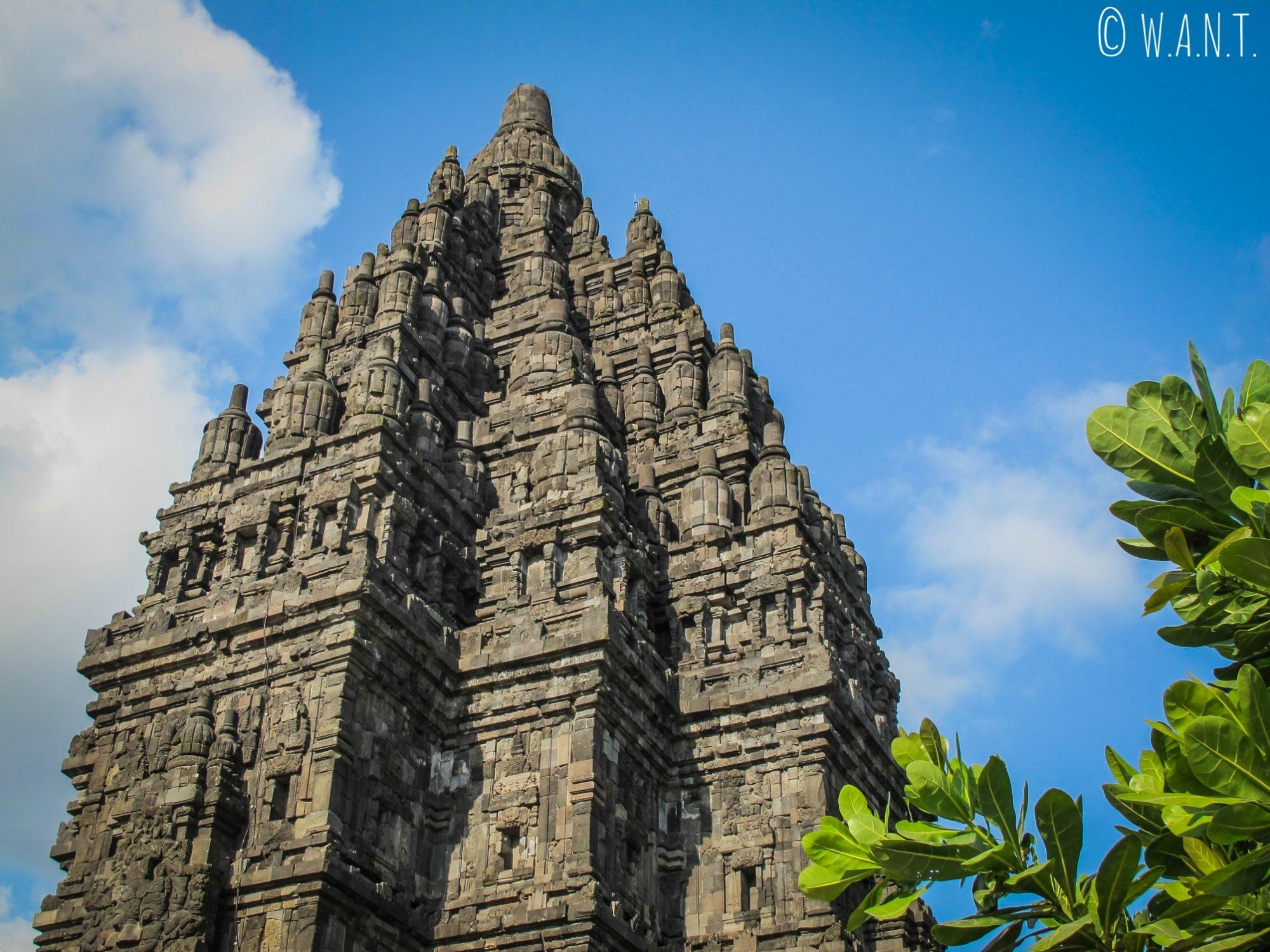 Gros plan sur le toit d'un des temples principaux de Prambanan