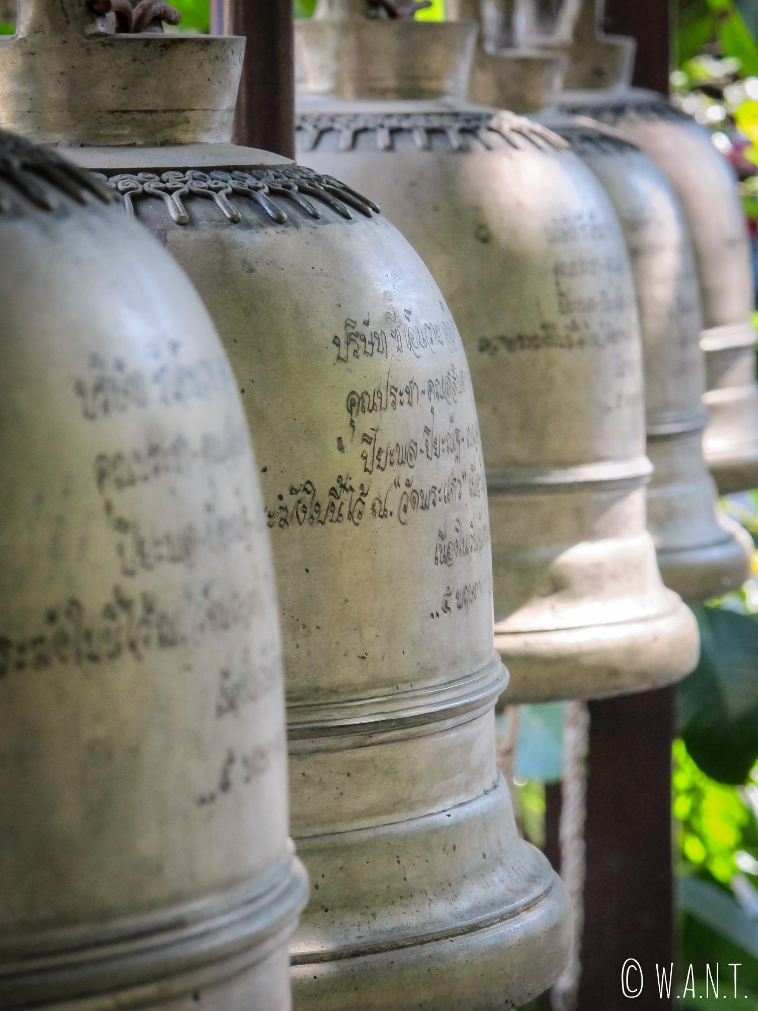 Gros plan sur les cloches du Wat Phra Kaeo de Chiang Rai