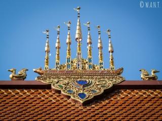 Gros plan sur les ornements du toit du Wat Phra Singha de Chiang Rai